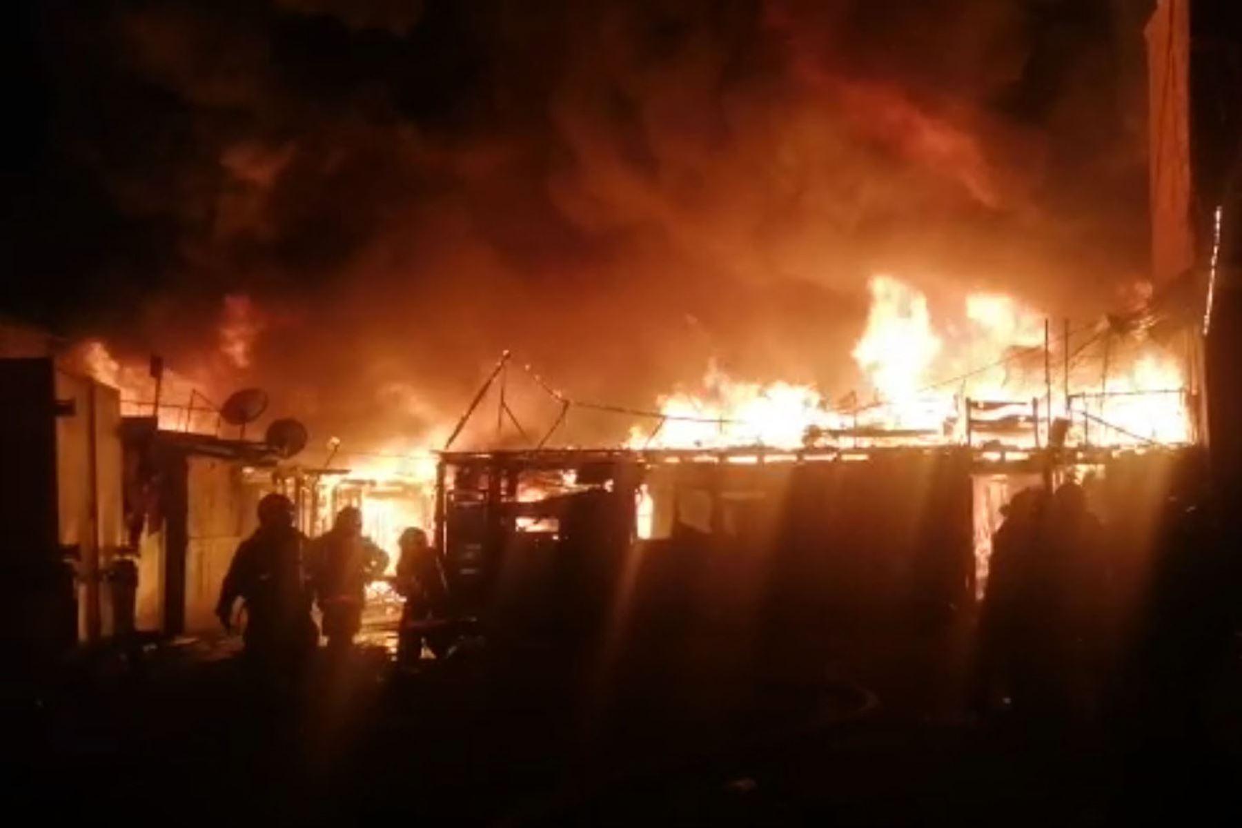 A esta hora de la noche más de 100 mujeres y hombres de rojo, ya se encuentran en la remoción de escombros y remojado del local, continúan en la labor de control del incendio. Captura TV
