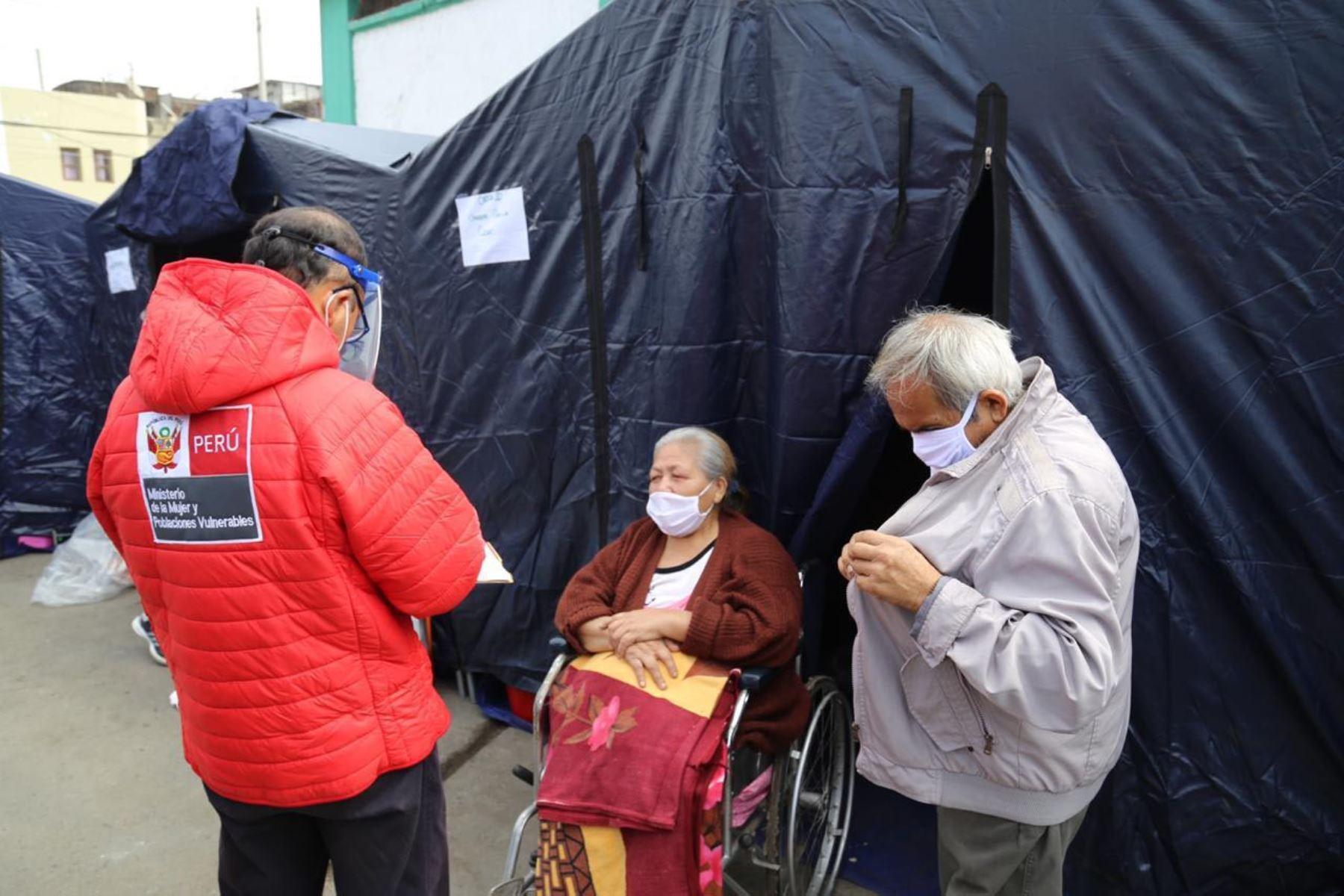 Ministerio de la Mujer a través de un equipo del Inabif  brinda contención emocional y soporte  psicológico a las familias que fueron afectadas por el incendio en el Cercado de Lima. También entregan alimentos  y botellas de agua a las familias empadronadas. Foto: MIMP