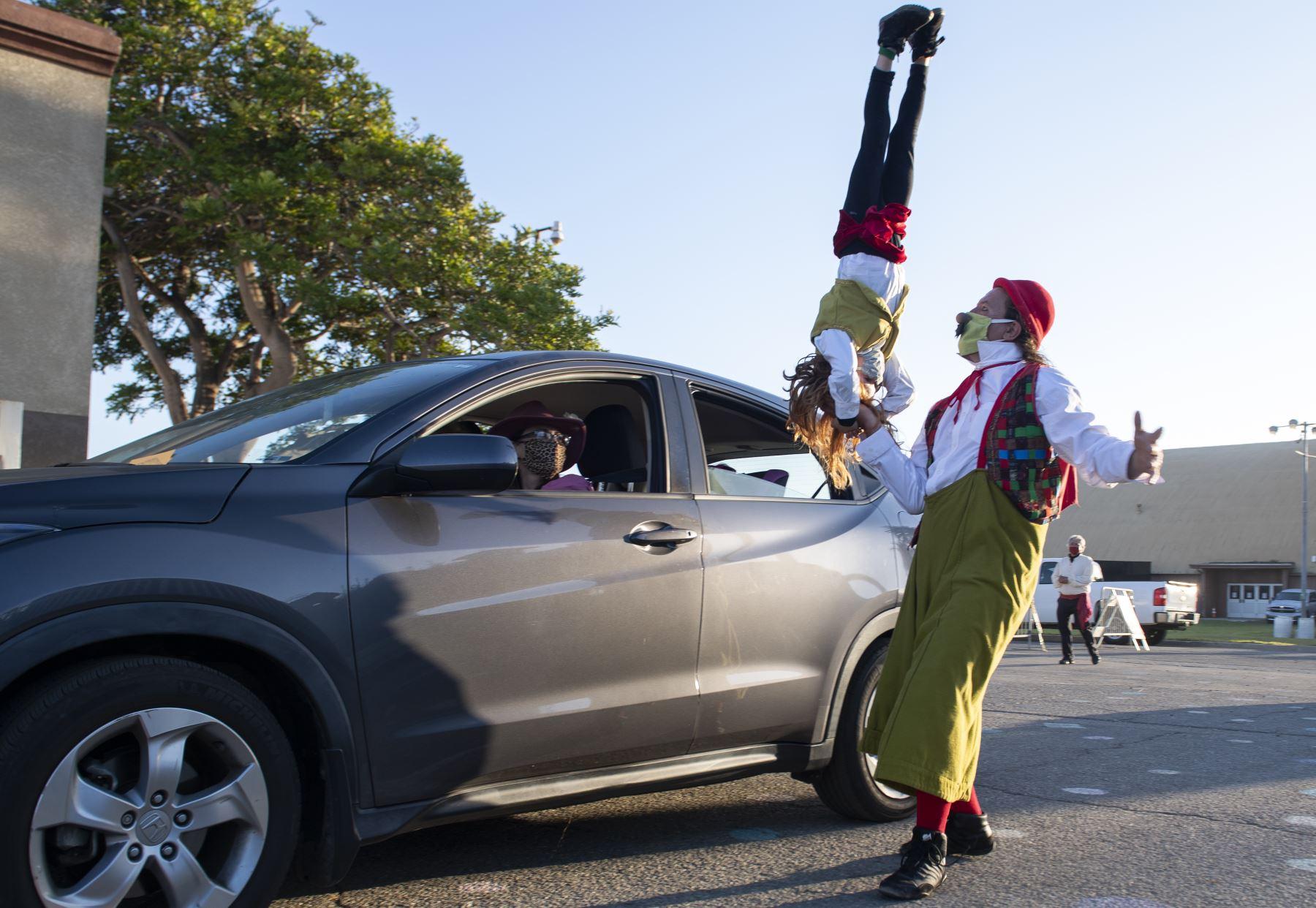 Ventura, California. Un payaso del circo Zoppe realiza malabares mientras da la bienvenida al público durante el evento en vivo