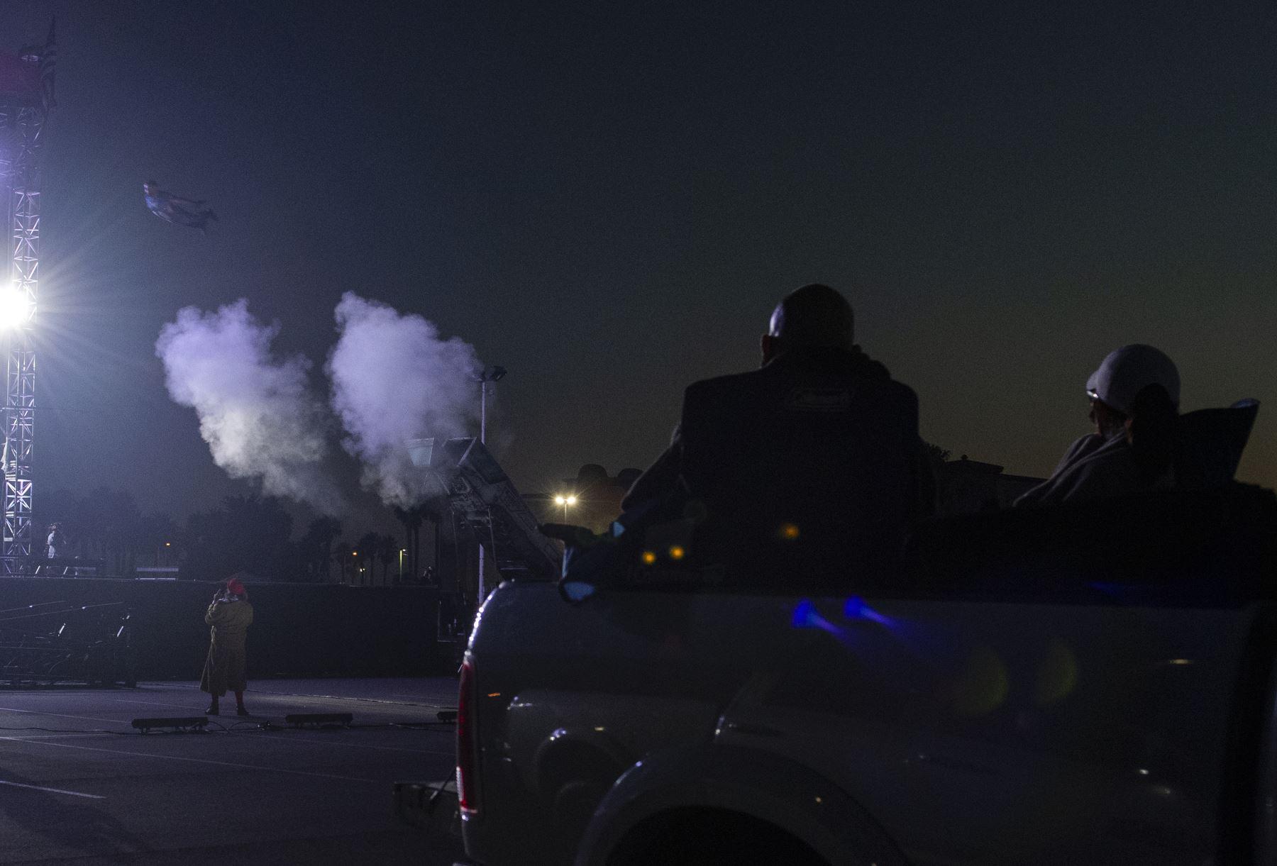 Los asistentes observan a un artista del circo Zoppe  realizar un acto de bala de cañón humano durante el evento de conducción en vivo
