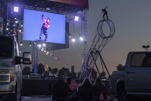 Familias disfrutan de espectáculo circense desde un estacionamiento en California