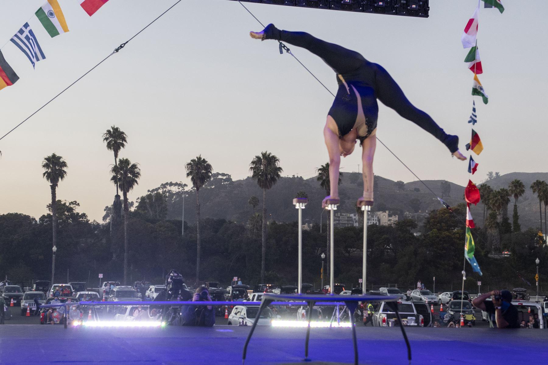 Un artista de Zoppe Italian Family Circus ejecuta una parada de manos en el escenario durante el evento de conducción en vivo
