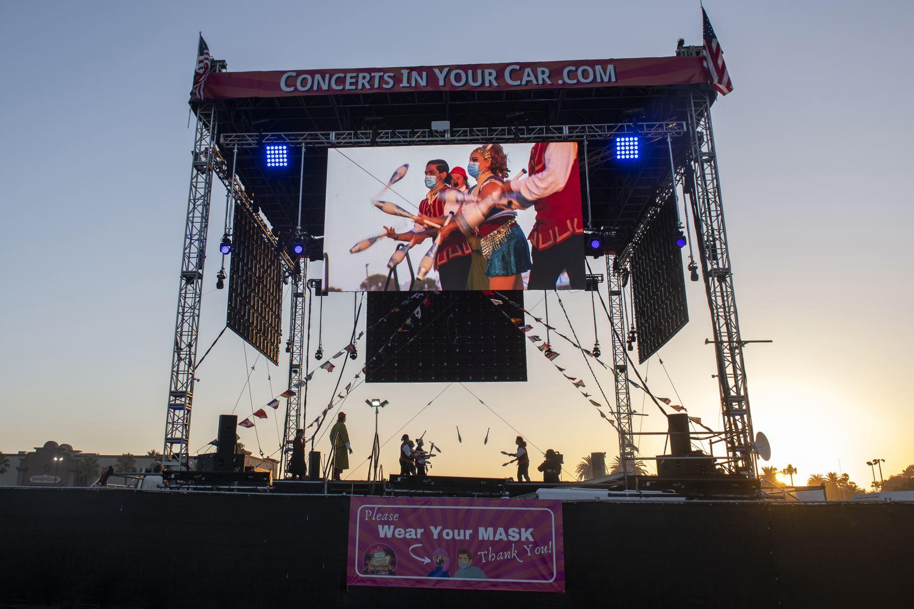 Los malabaristas de Zoppe Italian Family Circus se presentan en el escenario durante el evento en vivo