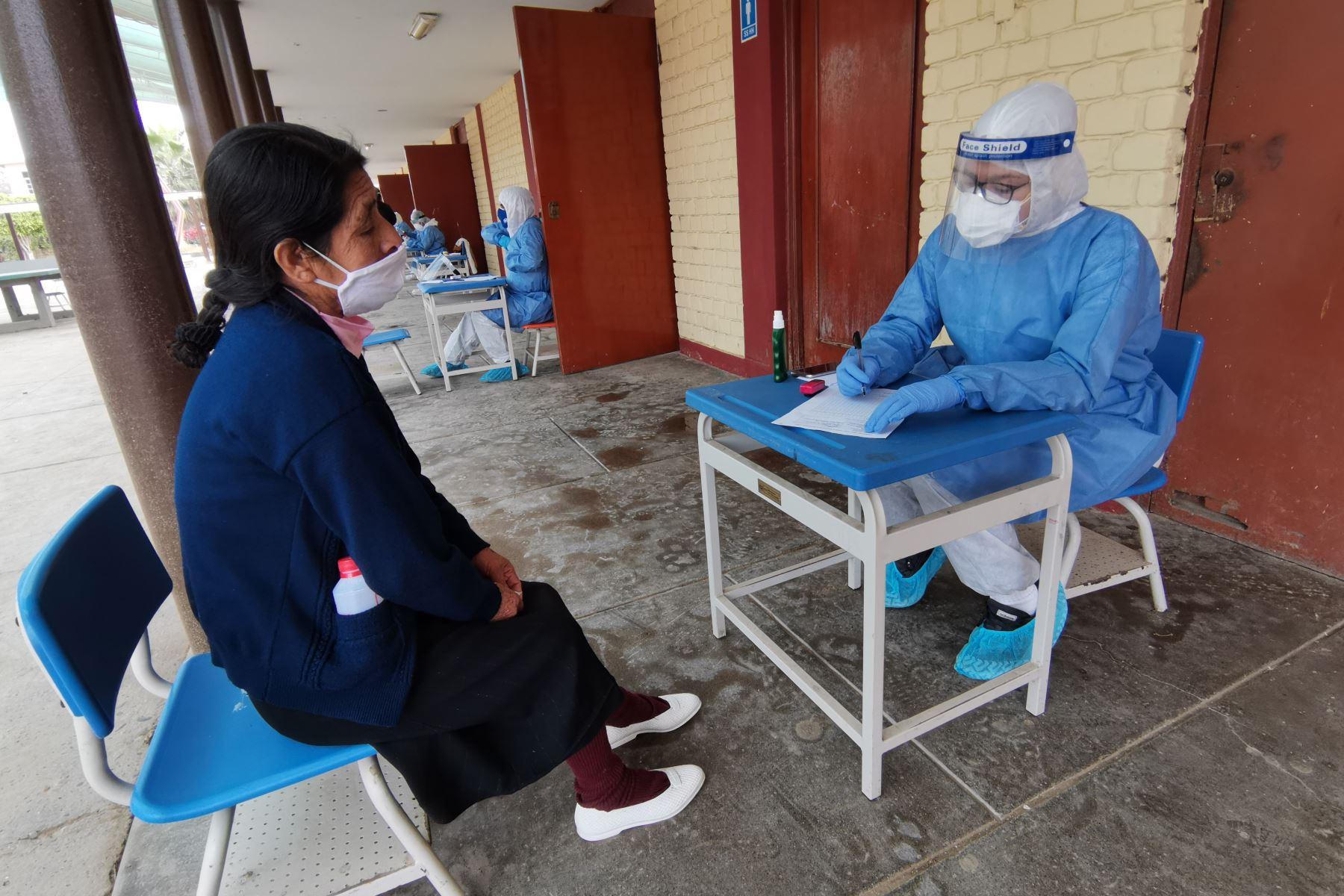 En un esfuerzo conjunto, personal del ministerio de Salud, operó por tercer día los Centros Rápidos de Atención Temporal (CRAT) para el diagnóstico y tratamiento oportuno del Covid-19, en Lambayeque. Foto: ANDINA/Minsa