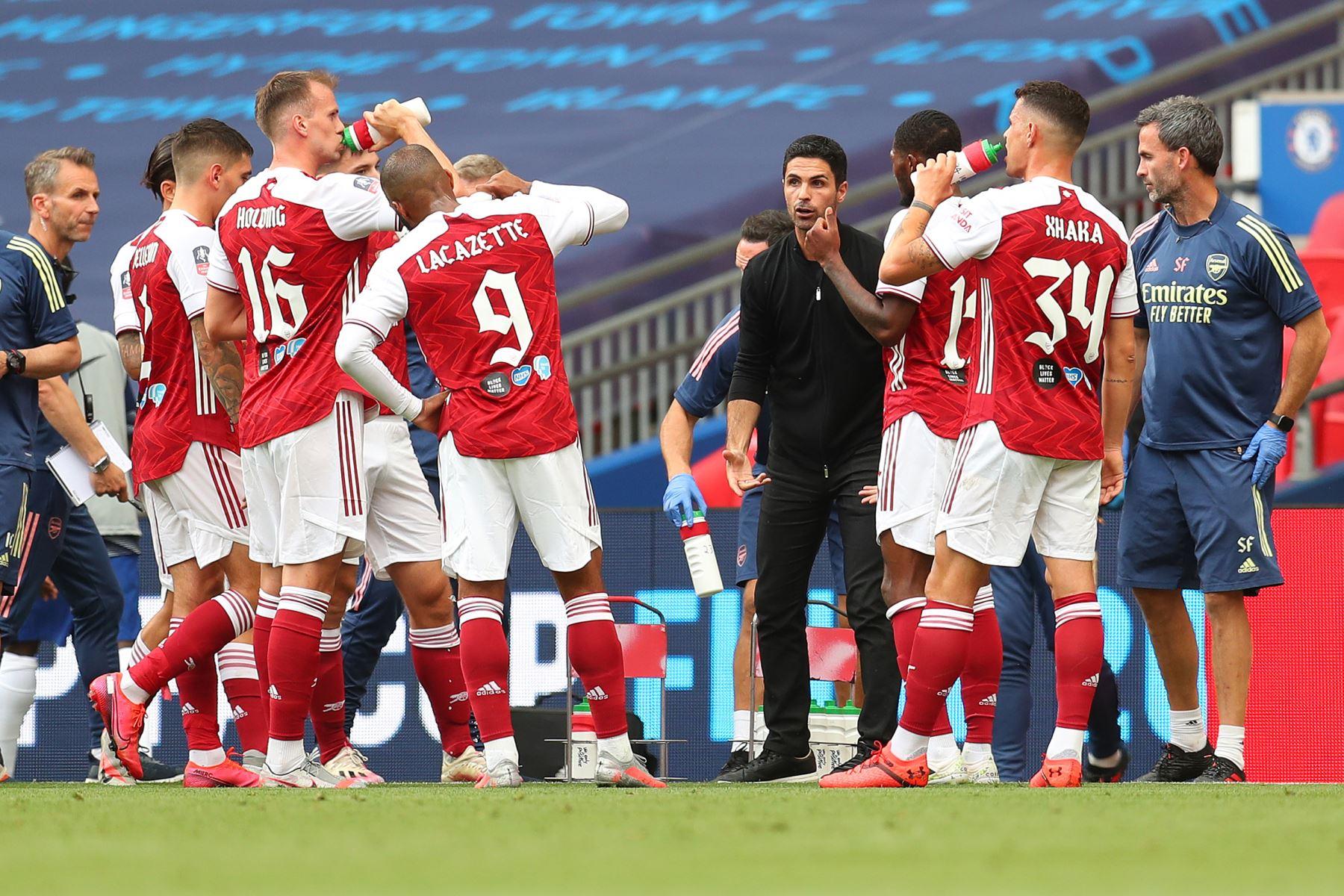 El entrenador en jefe español del Arsenal, Mikel Arteta, habla con sus jugadores durante un receso en la primera mitad del partido de fútbol final de la Copa FA inglesa entre el Arsenal y el Chelsea en el estadio de Wembley, en Londres. Foto: AFP