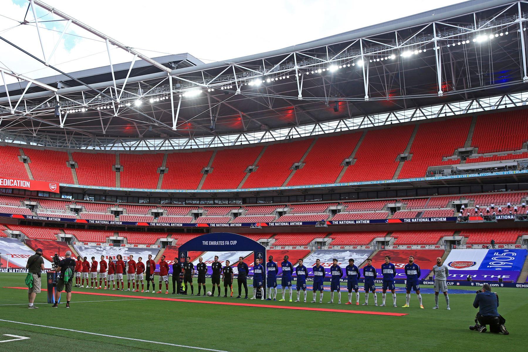 Los jugadores cantan el himno nacional antes del partido de fútbol final de la FA Cup inglesa entre el Arsenal y el Chelsea en el estadio de Wembley, en Londres. Foto: AFP
