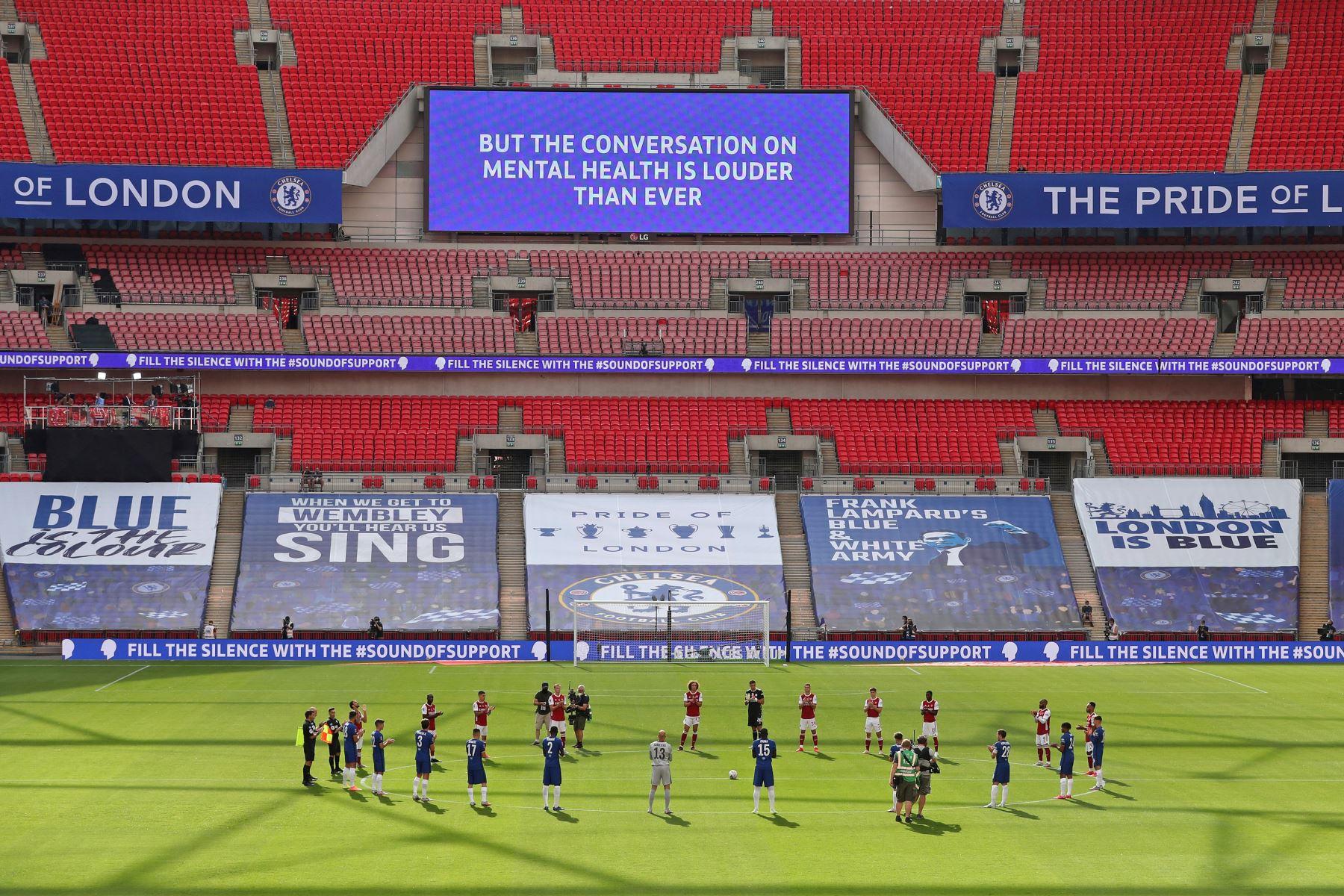 Los jugadores guardan un minuto de silencio antes del partido de fútbol final de la Copa FA inglesa entre el Arsenal y el Chelsea en el estadio de Wembley, en Londres. Foto: AFP