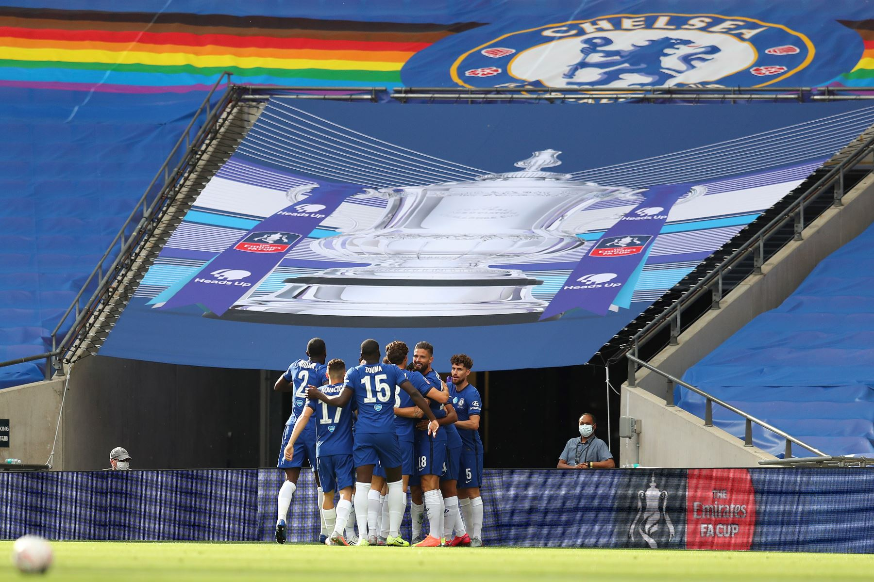 El centrocampista estadounidense del Chelsea, Christian Pulisic, celebra el gol de apertura con sus compañeros de equipo durante la final de la Copa de Inglaterra de fútbol entre el Arsenal y el Chelsea en el estadio de Wembley, en Londres. Foto: AFP