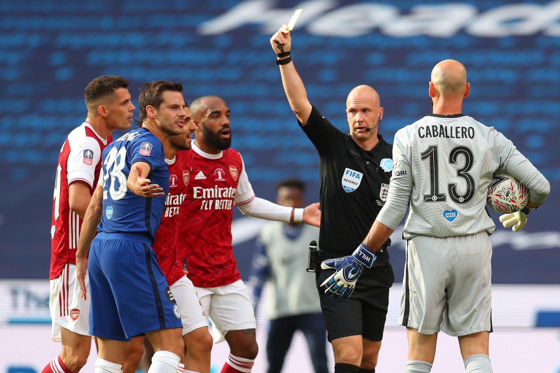 El árbitro muestra una tarjeta amarilla al defensor español del Chelsea, César Azpilicueta, tras falta sobre el delantero del Arsenal, Pierre-Emerick Aubameyang,  durante el partido de fútbol final de la Copa FA inglesa entre el Arsenal y el Chelsea en el estadio Wembley, en Londres. Foto: AFP