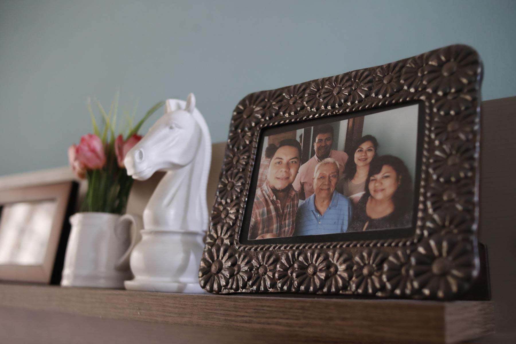 Moisés Piscoya junto a sus seres queridos en un retrato familiar. Foto: ANDINA/Presidencia/Renato Pajuelo