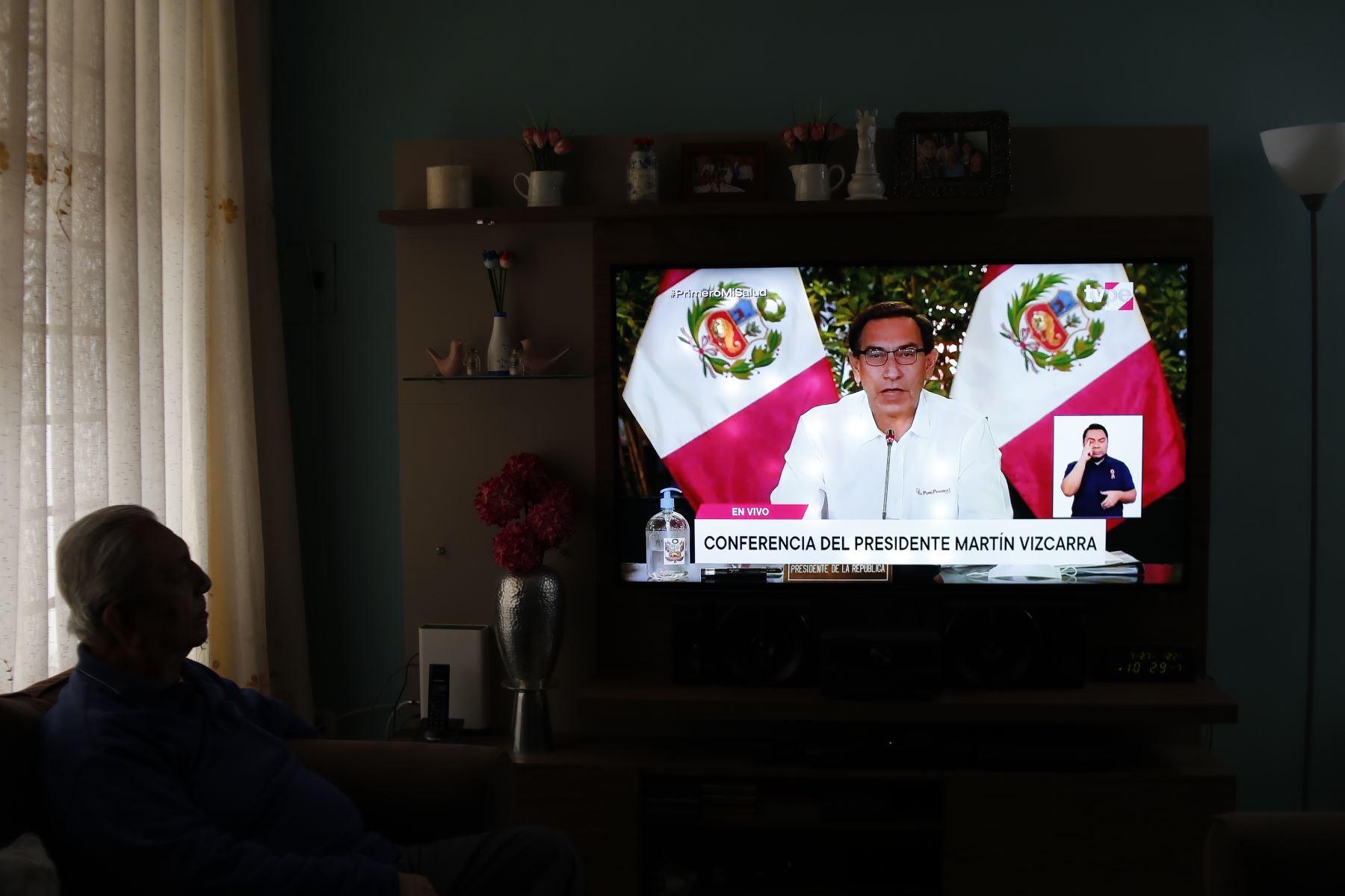 Su padre observa el mensaje a la Nación del Presidente Martín Vizcarra. Al lado aparece su hijo ejerciendo su labor como intérprete. Foto: ANDINA/Presidencia/Renato Pajuelo