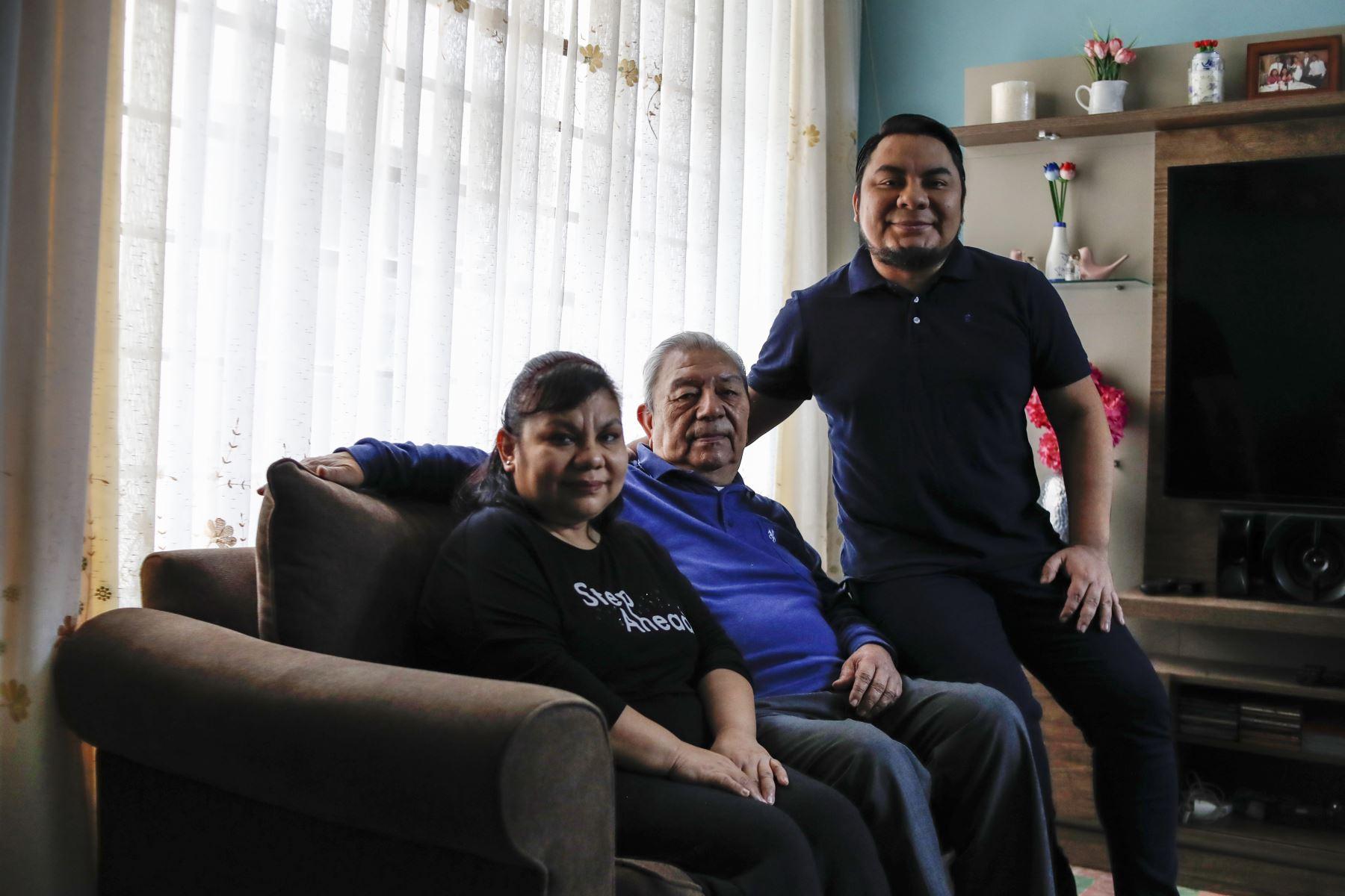 Moisés Piscoya, junto a su padre y hermana en su hogar. Foto: ANDINA/Presidencia/Renato Pajuelo