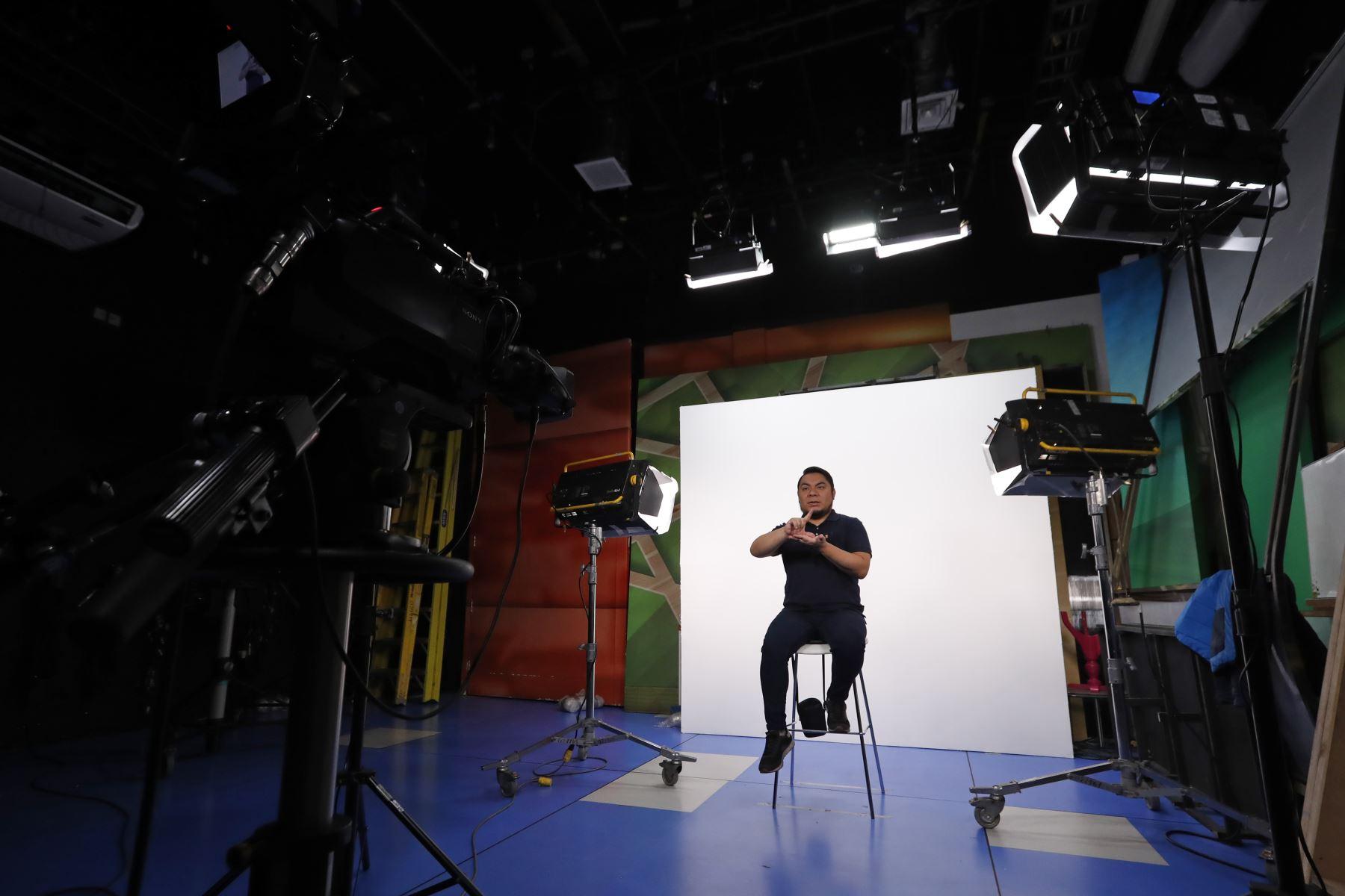 Moisés Piscoya actualmente trabaja en TV Perú y se encarga de interpretar noticieros, mensajes presidenciales y el programa educativo Aprendo en Casa. Foto: ANDINA/Presidencia/Renato Pajuelo