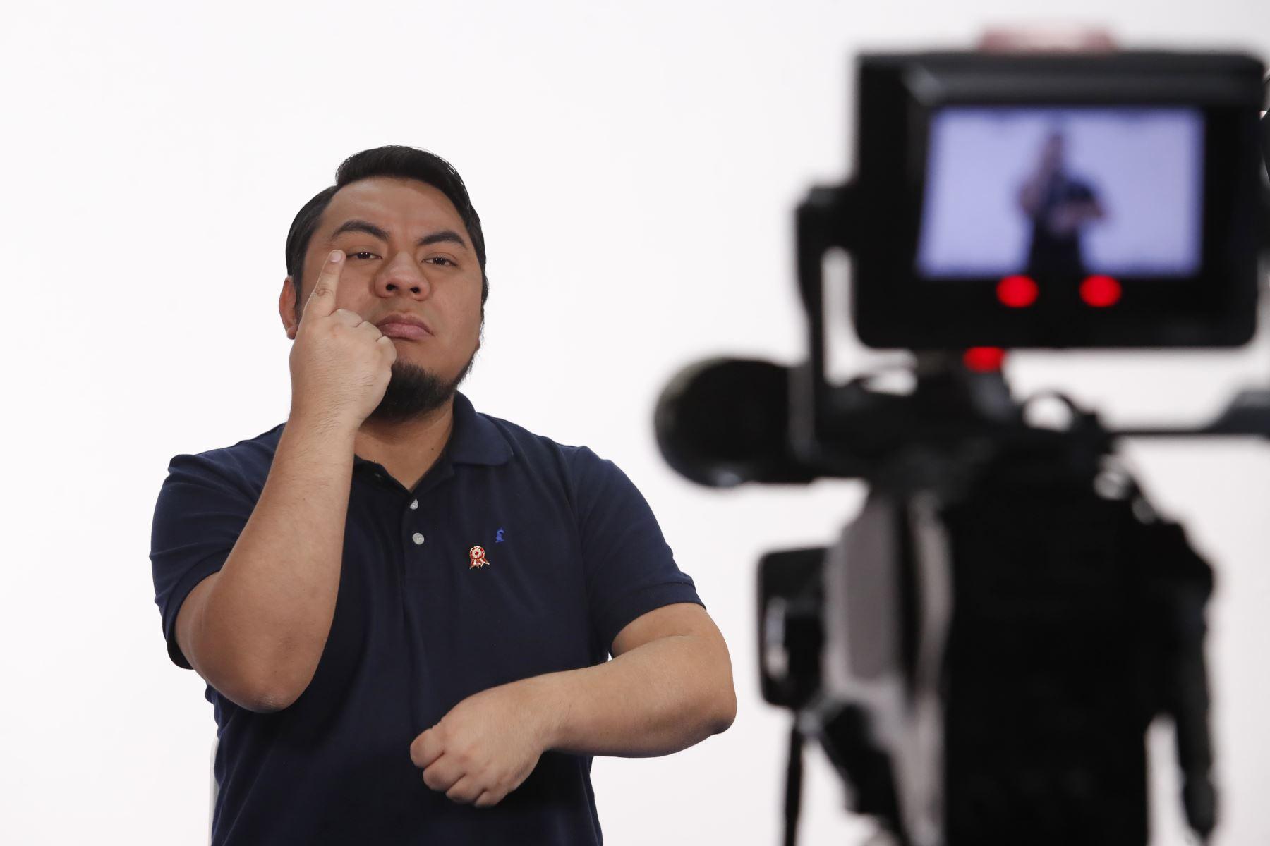 Moisés Piscoya, tiene más de 18 años de experiencia como intérprete de lengua de señas y desde 2016 trabaja en TV Perú. Foto: ANDINA/Presidencia/Renato Pajuelo