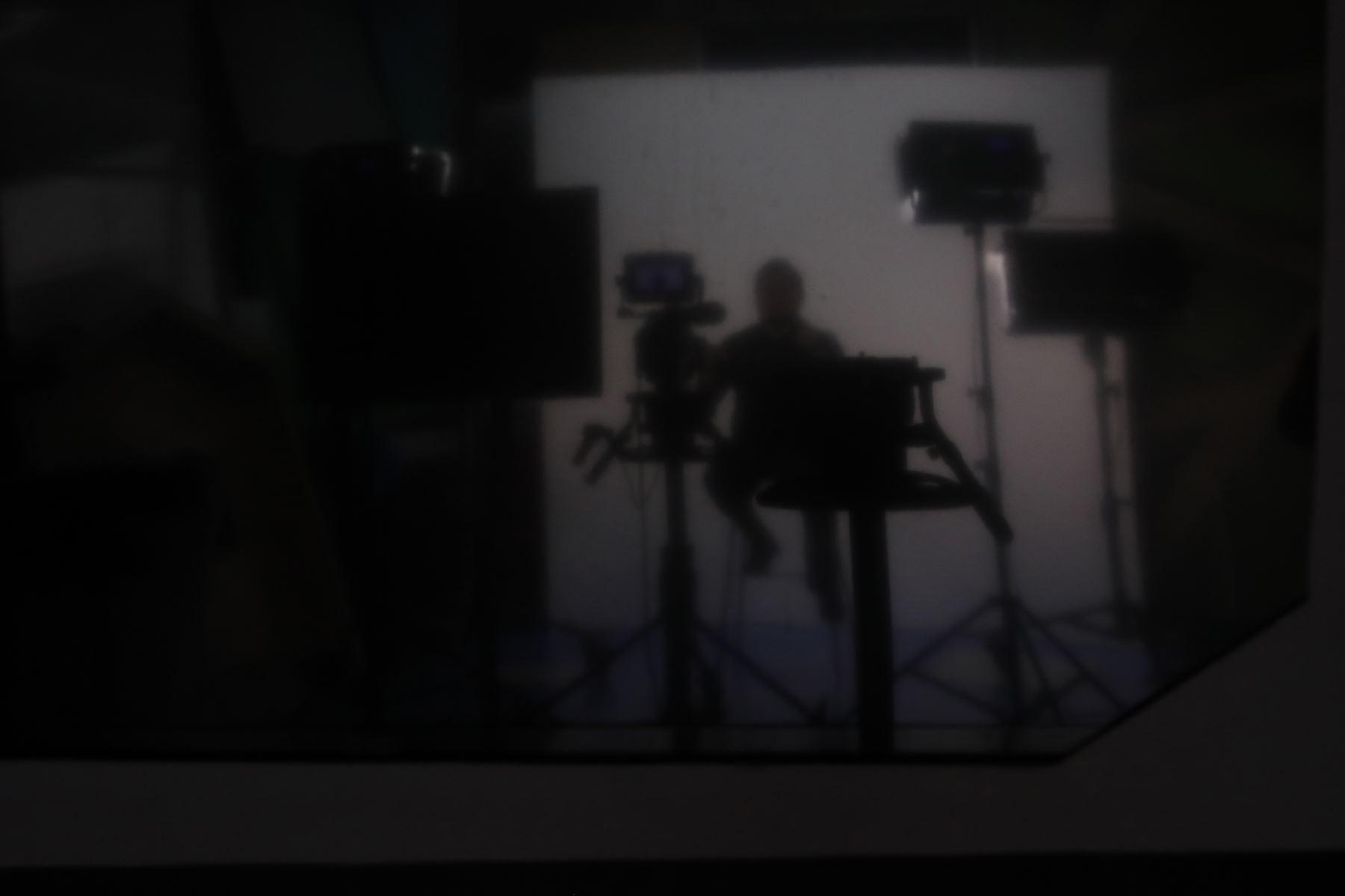 Moisés Piscoya trabaja en un pequeño set de grabación que habilitó TV Perú. Foto: ANDINA/Presidencia/Renato Pajuelo