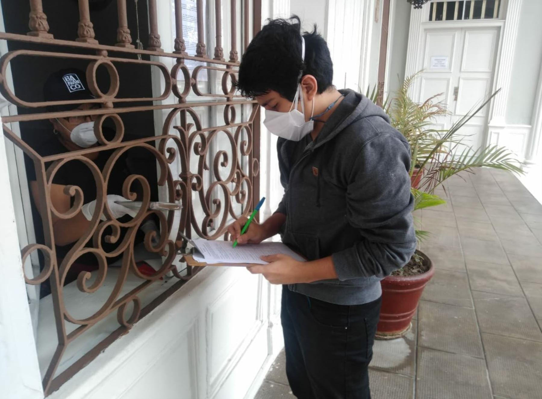Niños y jóvenes, previo registro, pueden solicitar libros para llevar a casa en el distrito de Barranco.