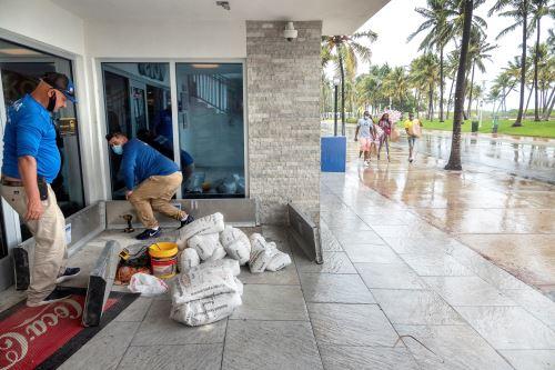 Florida se alista para recibir impacto del huracán Isaías en plena crisis del Coronavirus