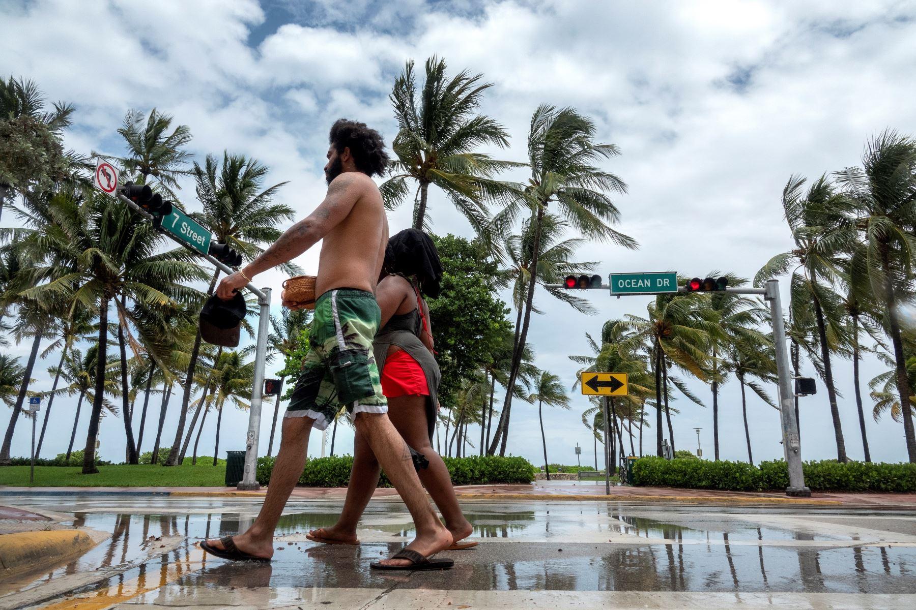 Una pareja camina por las playas de Miami, Florida, ante el paso del huracán Isaías. Foto: EFE