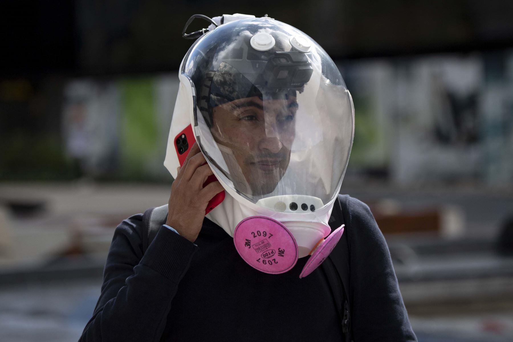 El diseñador industrial colombiano, Ricardo Conde, usa una nueva máscara de ventilación contra la propagación del nuevo coronavirus que diseñó junto a un médico y dos ingenieros aeronáuticos. Foto: AFP