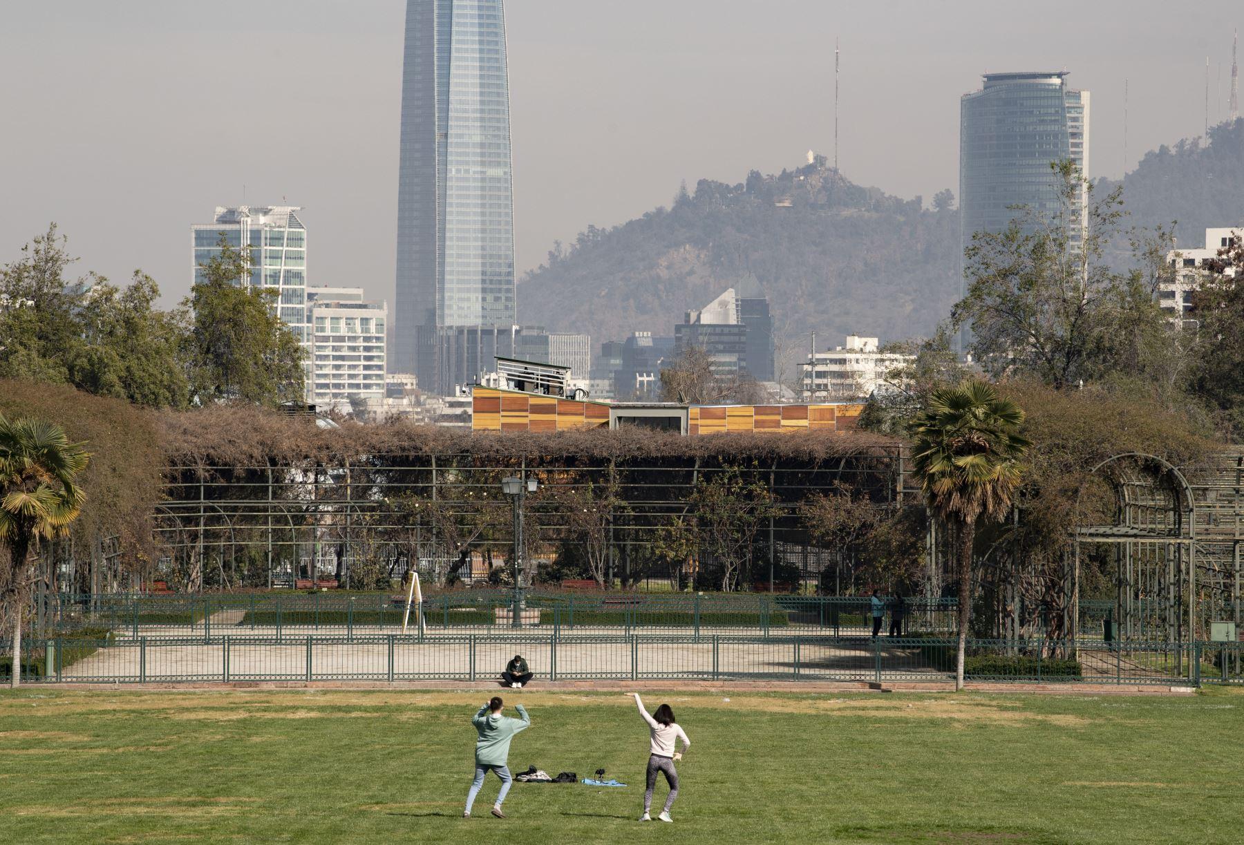 Personas realizan ejercicios en el parque Araucano, después que se aliviaran las medidas de bloqueo para detener la propagación de coronavirus, en la comuna de Las Condes, Santiago. Foto: AFP