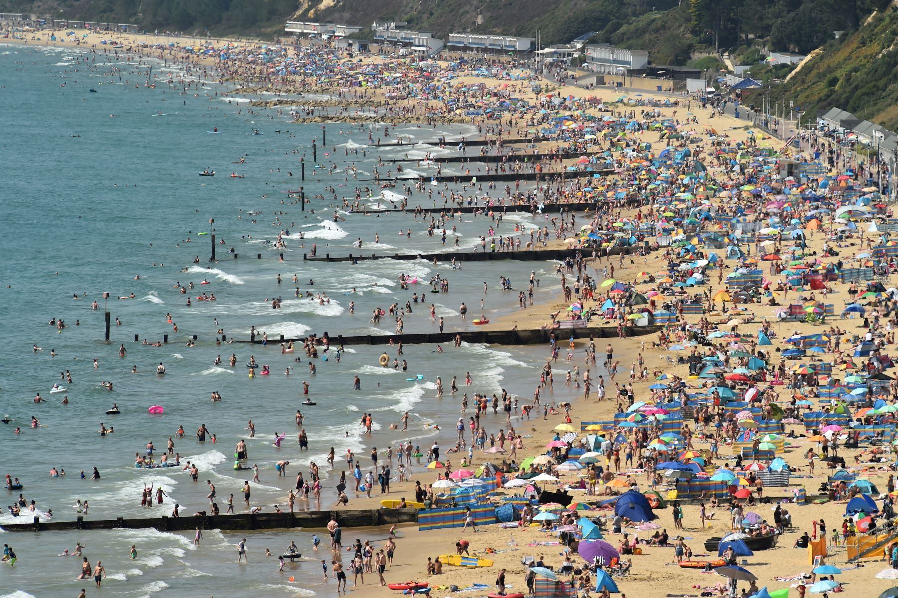 Los amantes de la playa disfrutan del sol en la playa de Bournemouth, en Inglaterra. Foto: AFP