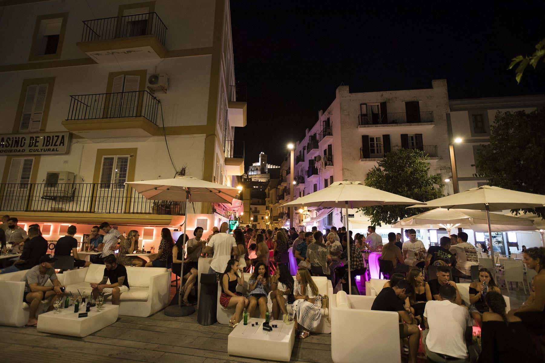 Un considerable número de personas se reúne en la terraza de un bar en el puerto de Ibiza, España, el 31 de julio, pese a incrementos de casos por coronavirus. Foto: AFP
