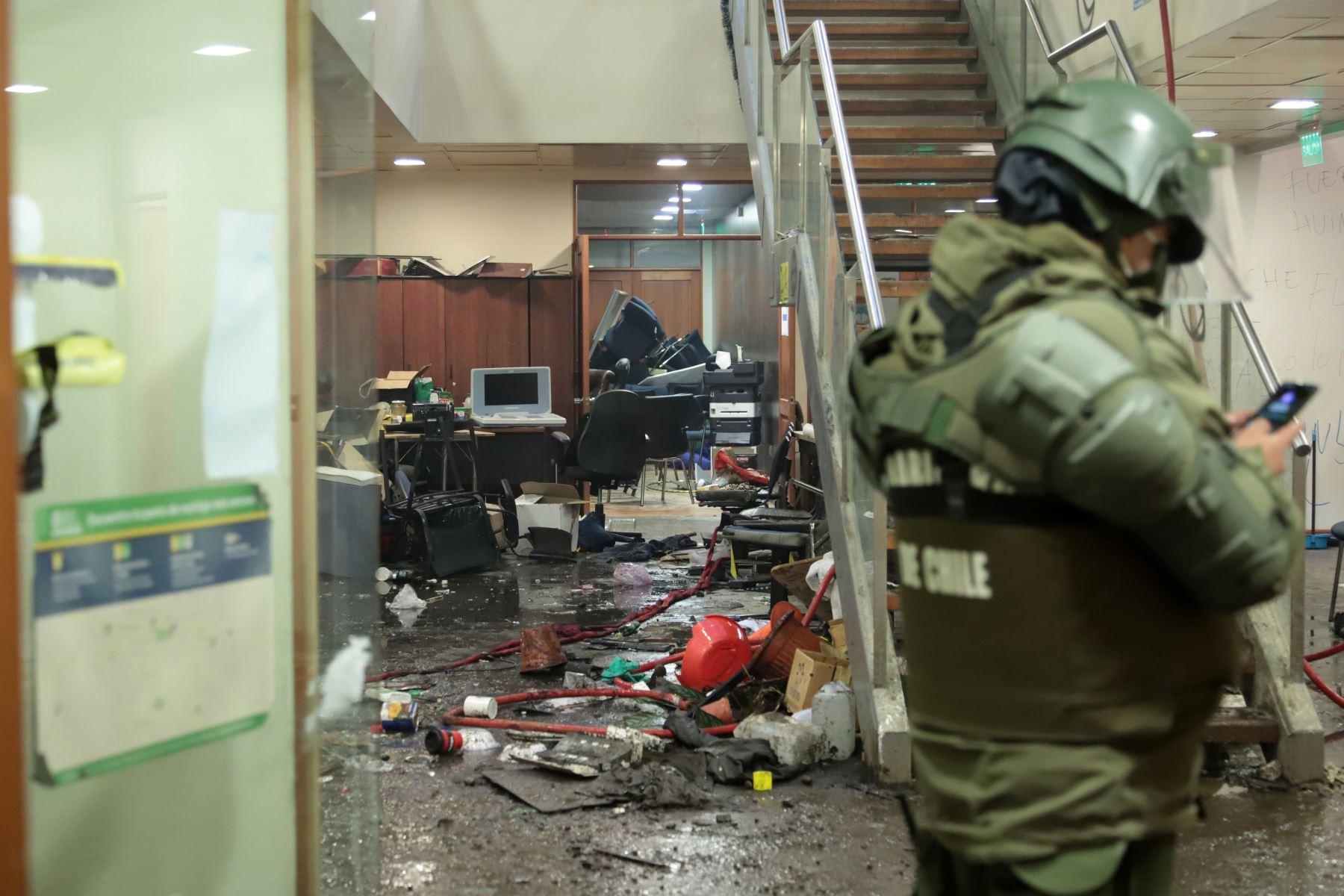 Policías vigilan el interior del municipio de Curacautín después de que fue destruido durante las protestas en la región de la Araucanía, sur de Chile, el 2 de agosto de 2020. Foto: AFP