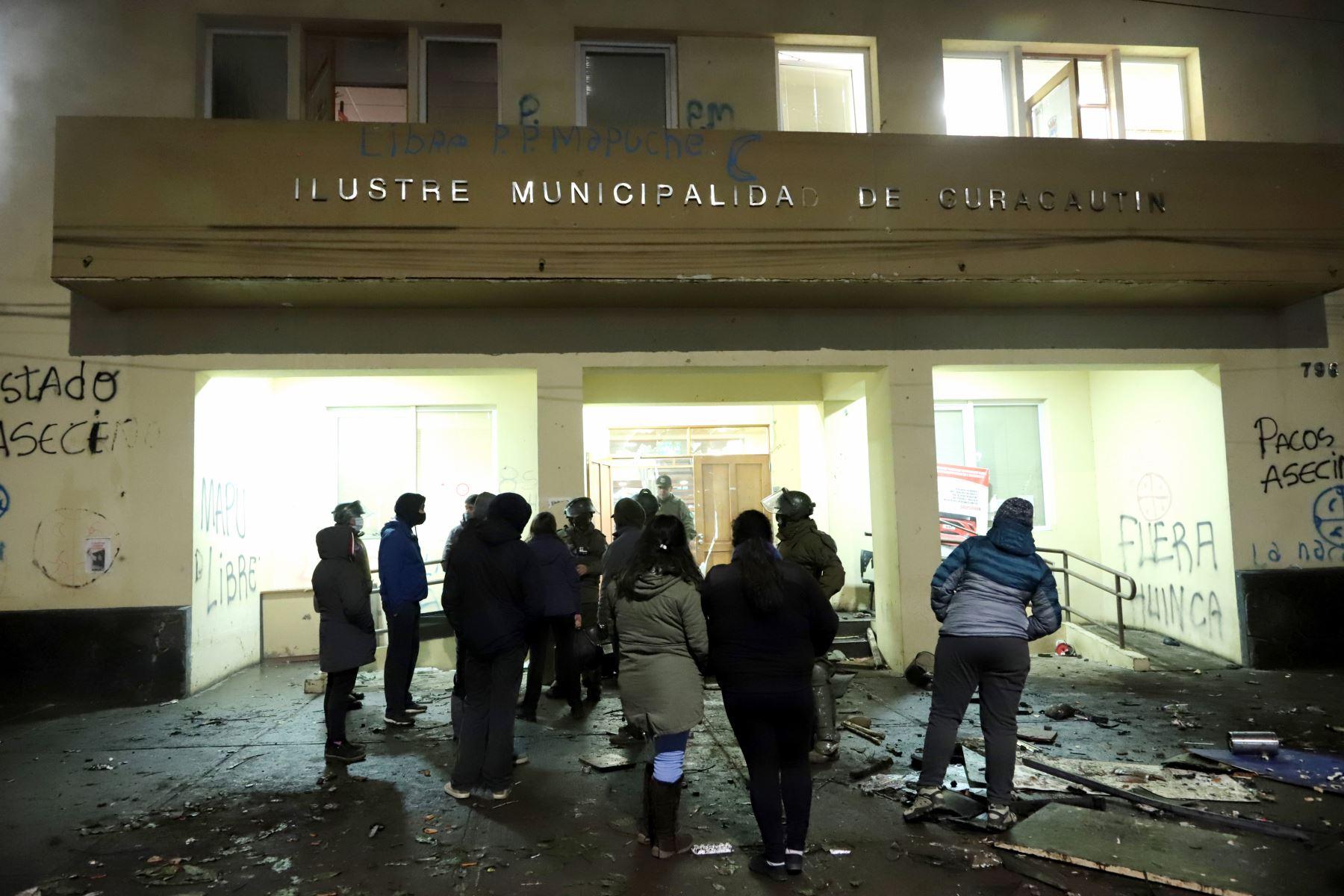 Vista del municipio de Curacautín después de que fue destruido anoche durante las protestas en la región de la Araucanía, sur de Chile. Foto: AFP