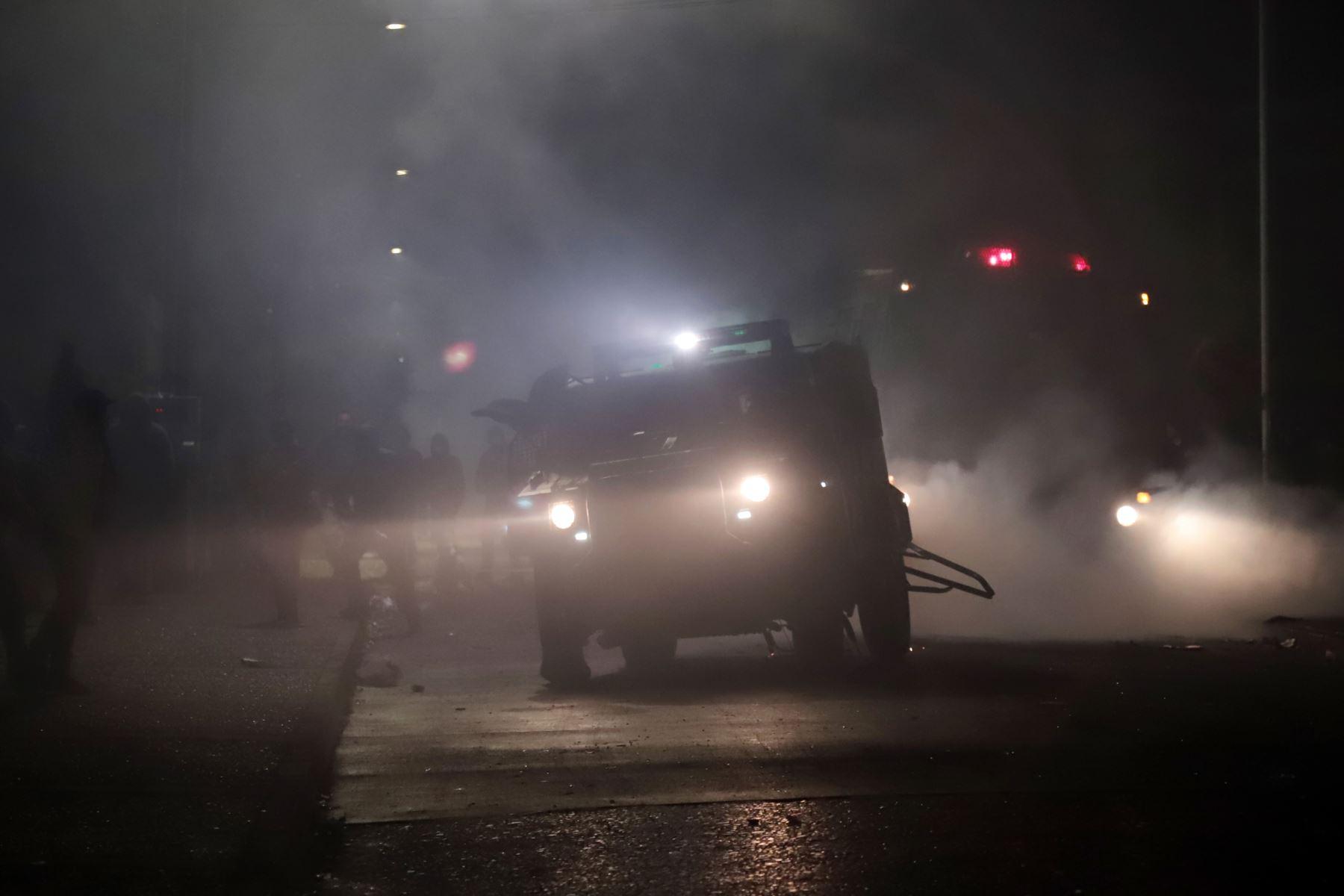 Un vehículo policial intenta dispersar a los manifestantes fuera del municipio de Curacautín después de que fuera destruido durante las protestas en la región de la Araucanía, sur de Chile. Foto: AFP