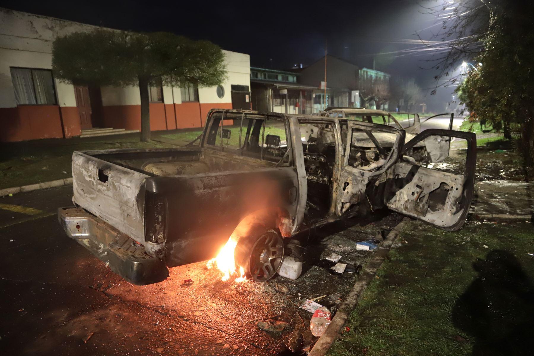 Vehículos quemados fuera del municipio de Curacautín después durante las protestas en la región de la Araucanía, sur de Chile. Foto: AFP