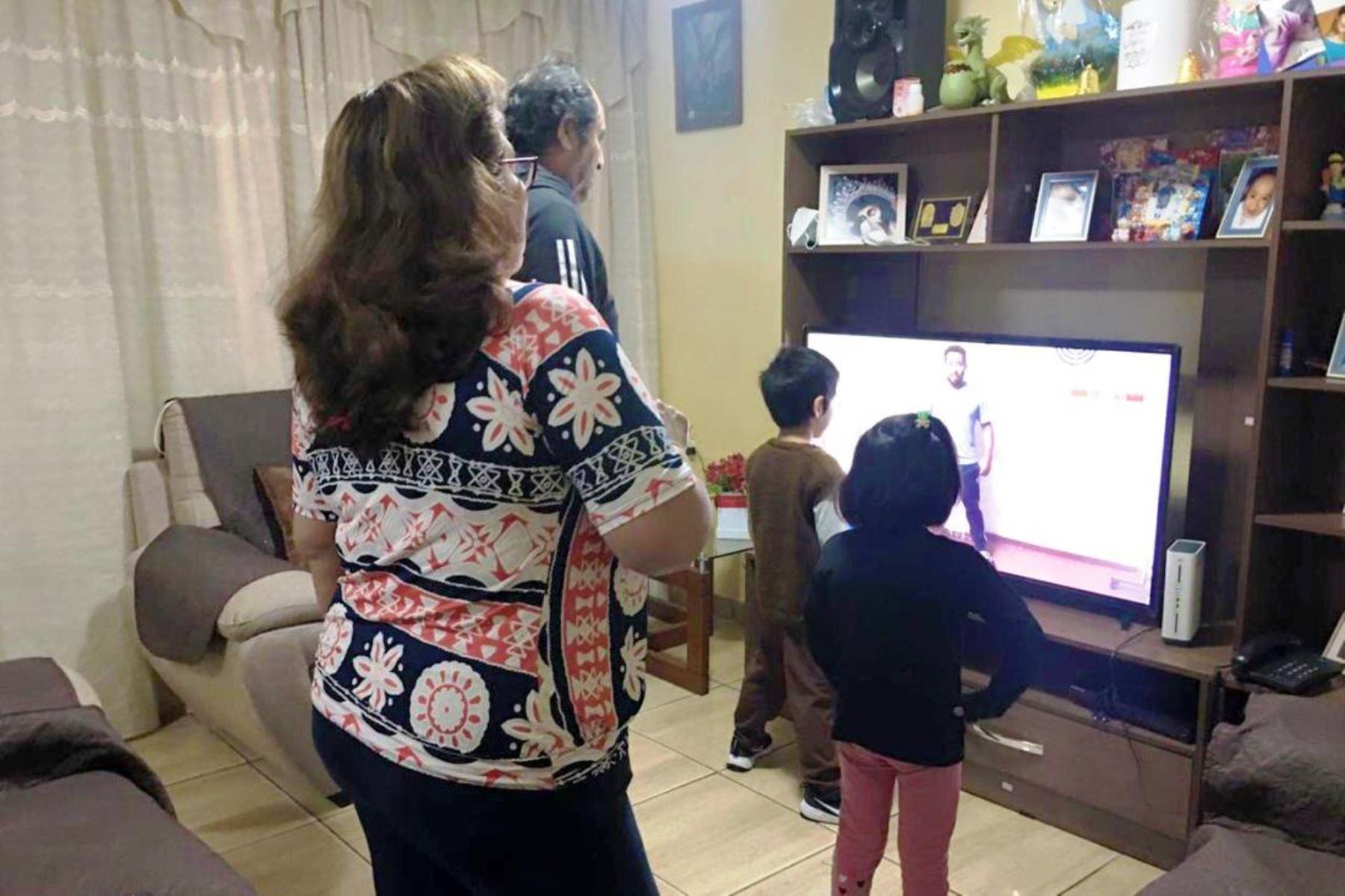 """""""¿Dónde está el virus ahora? De la calle está entrando a nuestras casas, a nuestras familias"""", sostiene la ministra Pilar Mazzetti. Foto: ANDINA/difusión."""