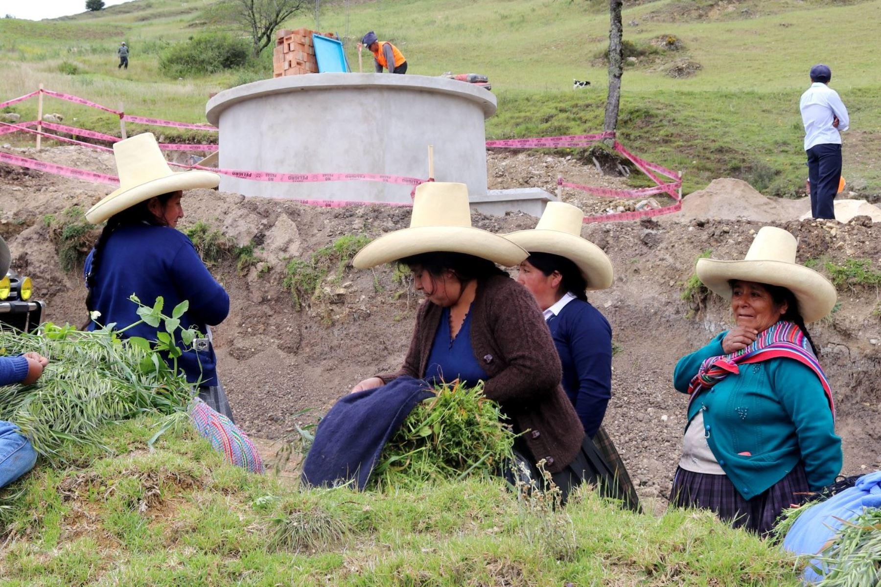 Población de los sectores rurales de Cajamarca se beneficia con la ejecución de obras e infraestructura.
