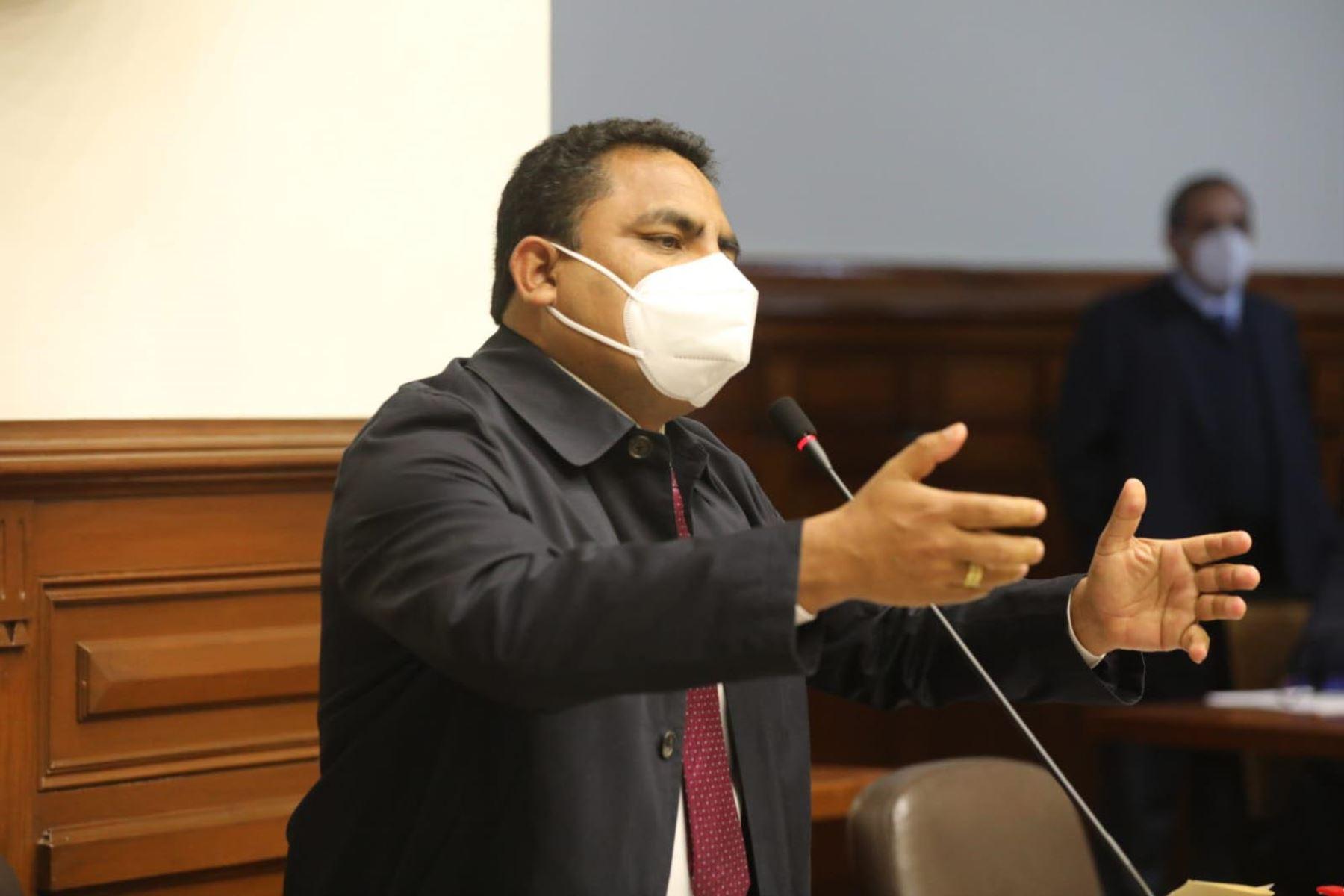 Aron Espinoza, vocero del grupo parlamentario Podemos Perú interviene en el pleno del Congreso. Foto: Congreso del Perú