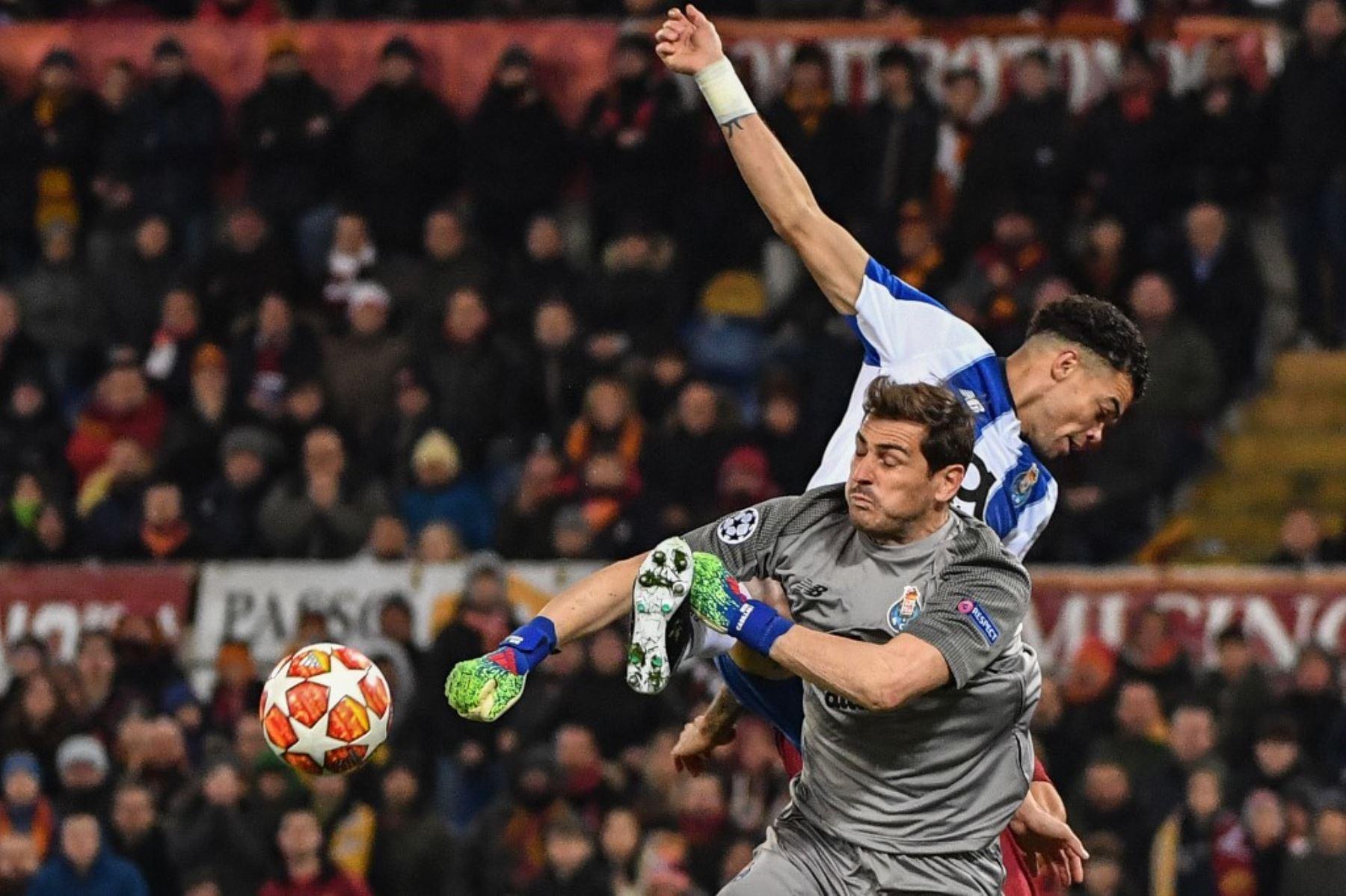 El portero español del Porto, Iker Casillas desvía un disparo cuando el defensa brasileño del Porto, Pepe, va a la cabeza durante la ronda de octavos de final de la UEFA Champions League, AS Roma vs FC Porto. Foto: AFP