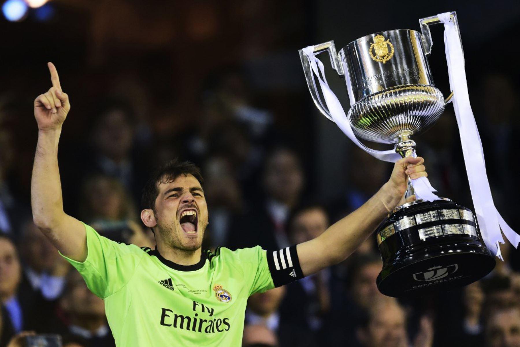 El portero del Real Madrid, Iker Casillas, sostiene el trofeo mientras celebra después de ganar el partido final de la Copa del Rey frente al Barcelona en el Mestalla estadio en Valencia. Foto: AFP