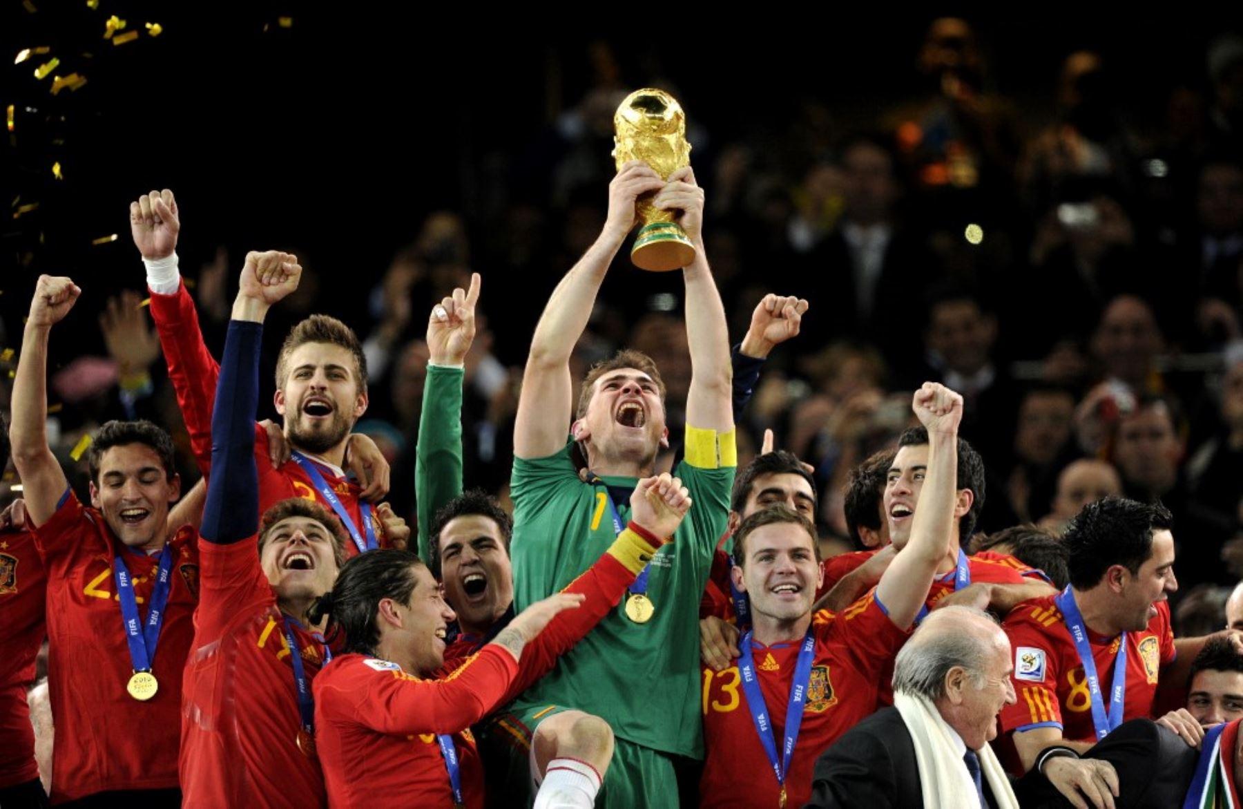 Iker Casillas sostiene el trofeo de la Copa Mundial de la FIFA después de ganar la final de la Copa Mundial de 2010 al derrotar a los Países Bajos. Foto: AFP