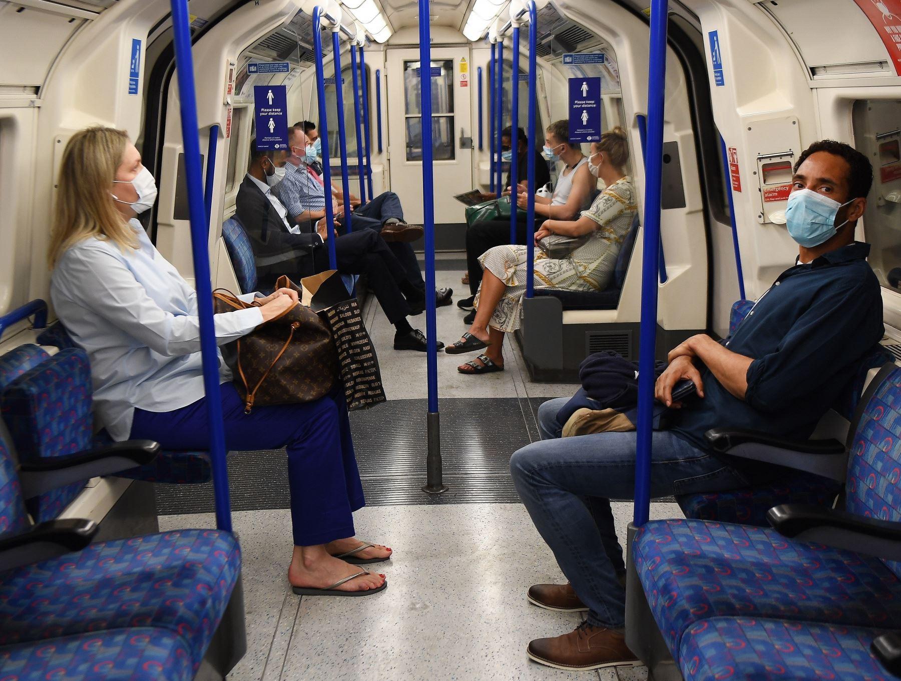 Viajeros en el metro en el centro de Londres, Gran Bretaña, 04 de agosto de 2020. Foto: EFE