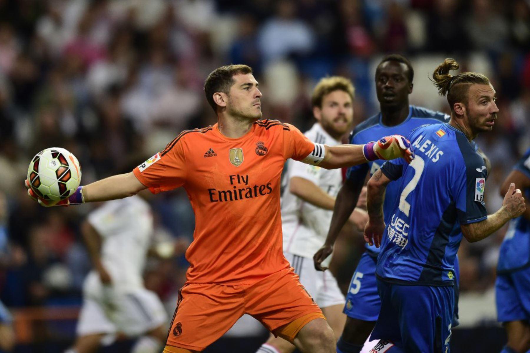 El portero del Real Madrid, Iker Casillas, lanza el balón durante el partido de fútbol de la liga española Real Madrid CF vs Getafe CF en el estadio Santiago Bernabeu en Madrid. Foto: AFP