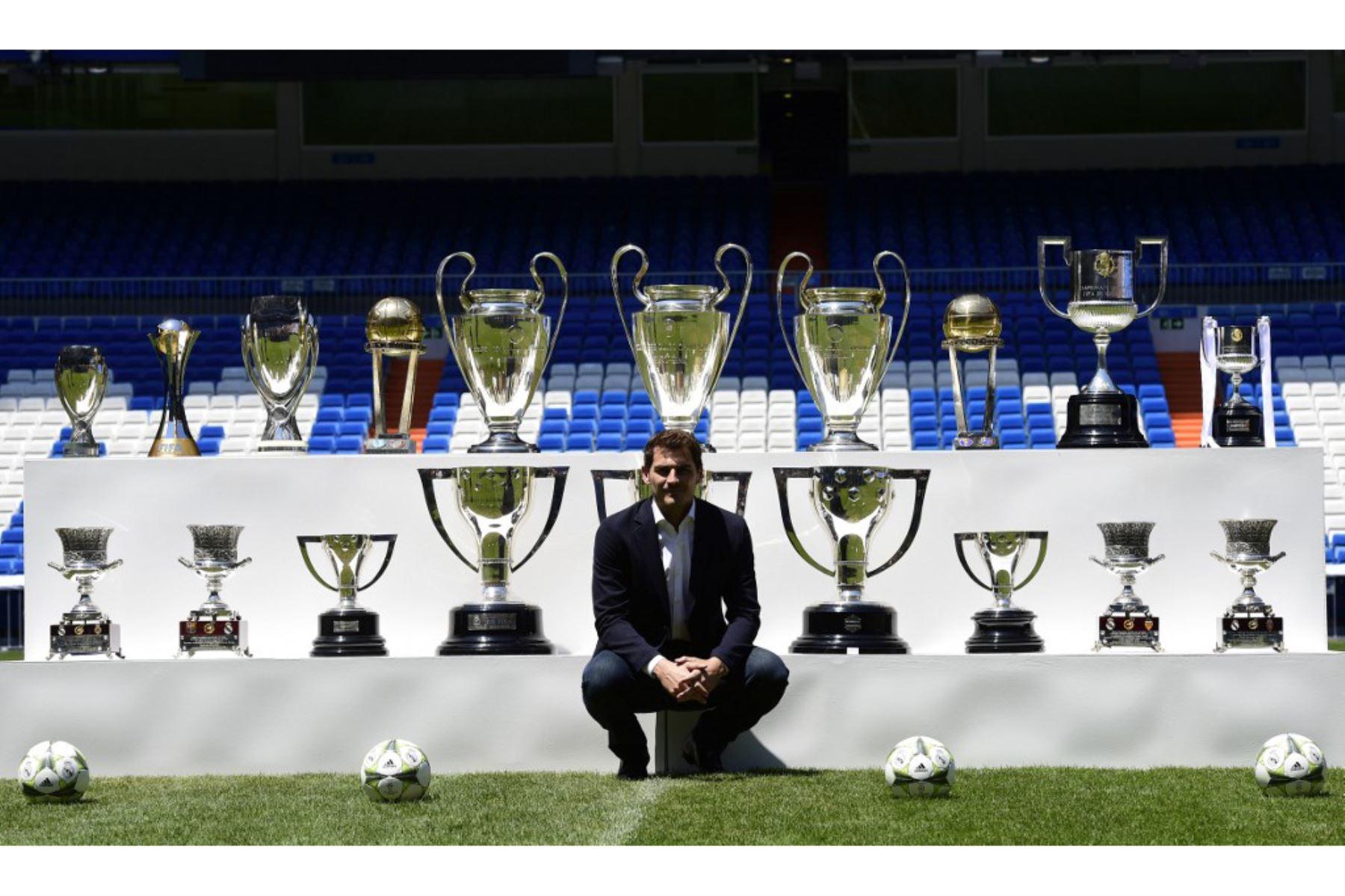 El ex portero del Real Madrid Iker Casillas posa con los trofeos que ganó con el Real Madrid después de una conferencia de prensa en el estadio Santiago Bernabeu en Madrid. Foto: AFP