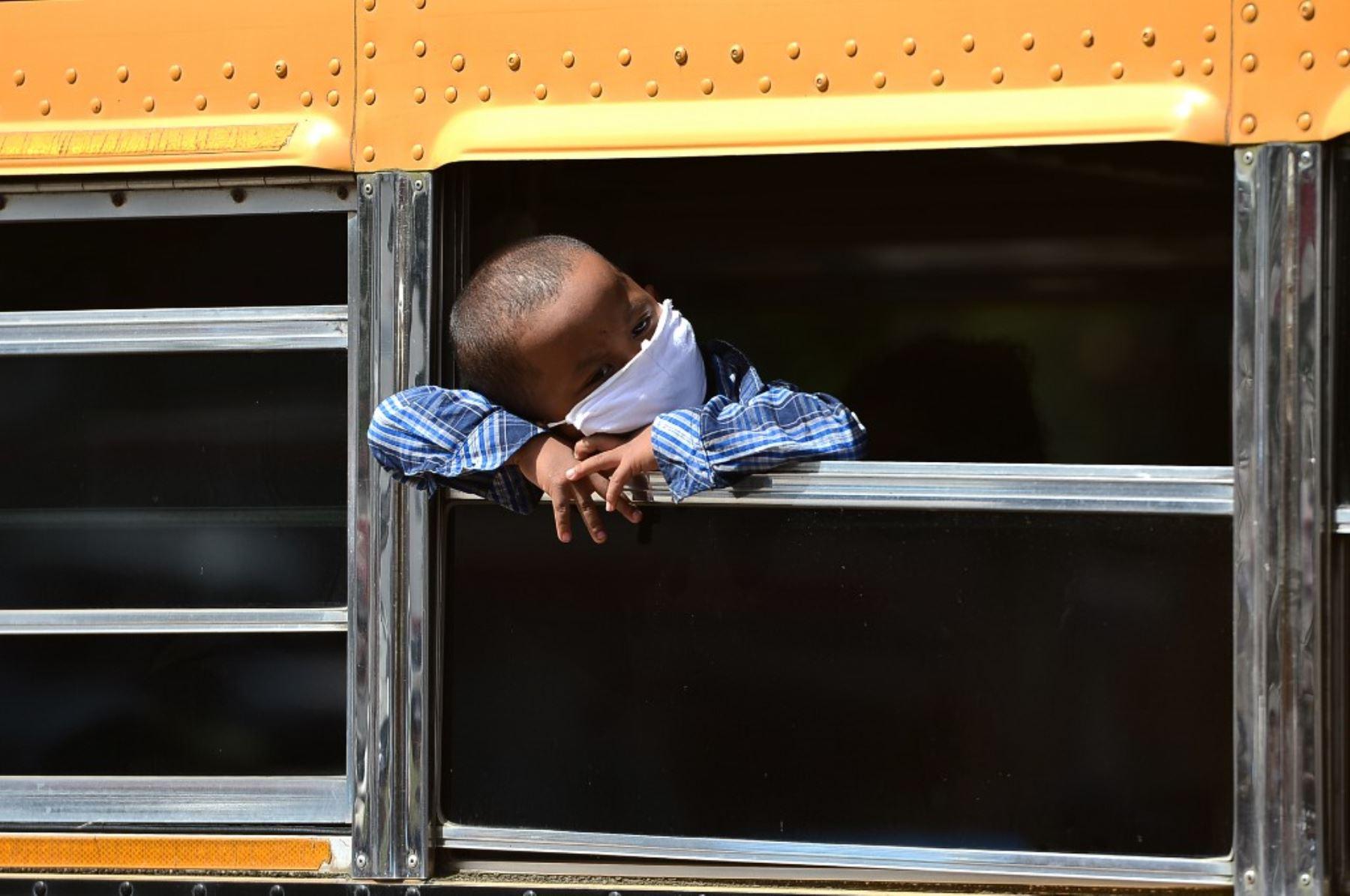 Un niño del grupo étnico miskito mira por la ventana de un autobús cuando su familia regresa a La Mosquitia debido a la pérdida de sus empleos debido a la pandemia COVID-19, en Tegucigalpa, Honduras. Foto: AFP