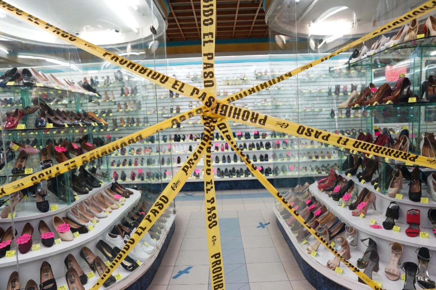 La cinta de precaución prohíbe la entrada a una zapatería durante la pandemia covid-19 en Ciudad Juárez, México. Foto: AFP