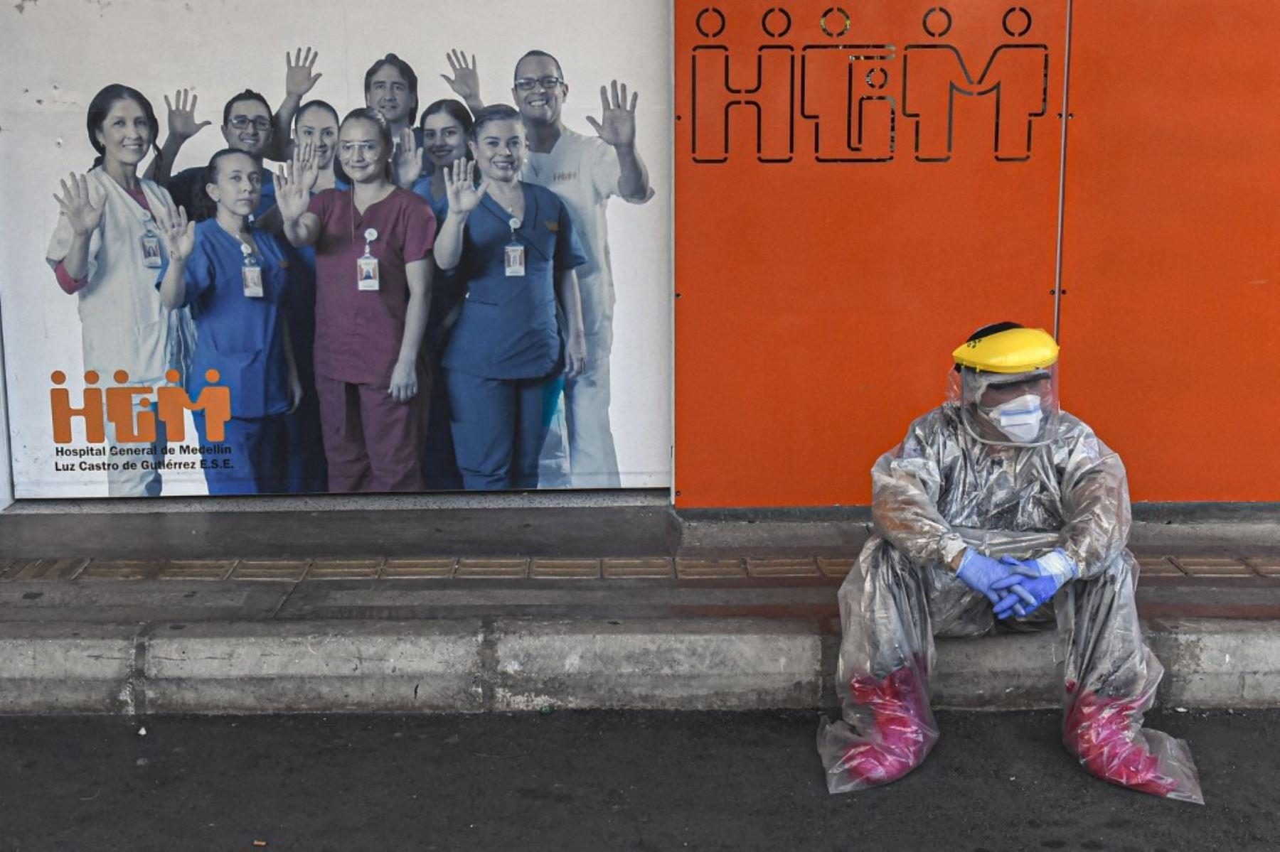 Un trabajador de la salud toma un descanso frente al Hospital General de Medellín, en medio de la pandemia covid-19. Foto: AFP