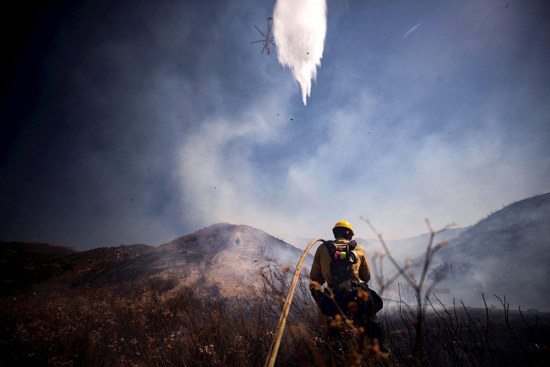 Bomberos intentan extinguir el incendio de Elsmere cerca de Santa Clarita, California, EE. UU. Según los últimos informes de los medios, el incendio ha quemado 130 acres.   Foto: EFE
