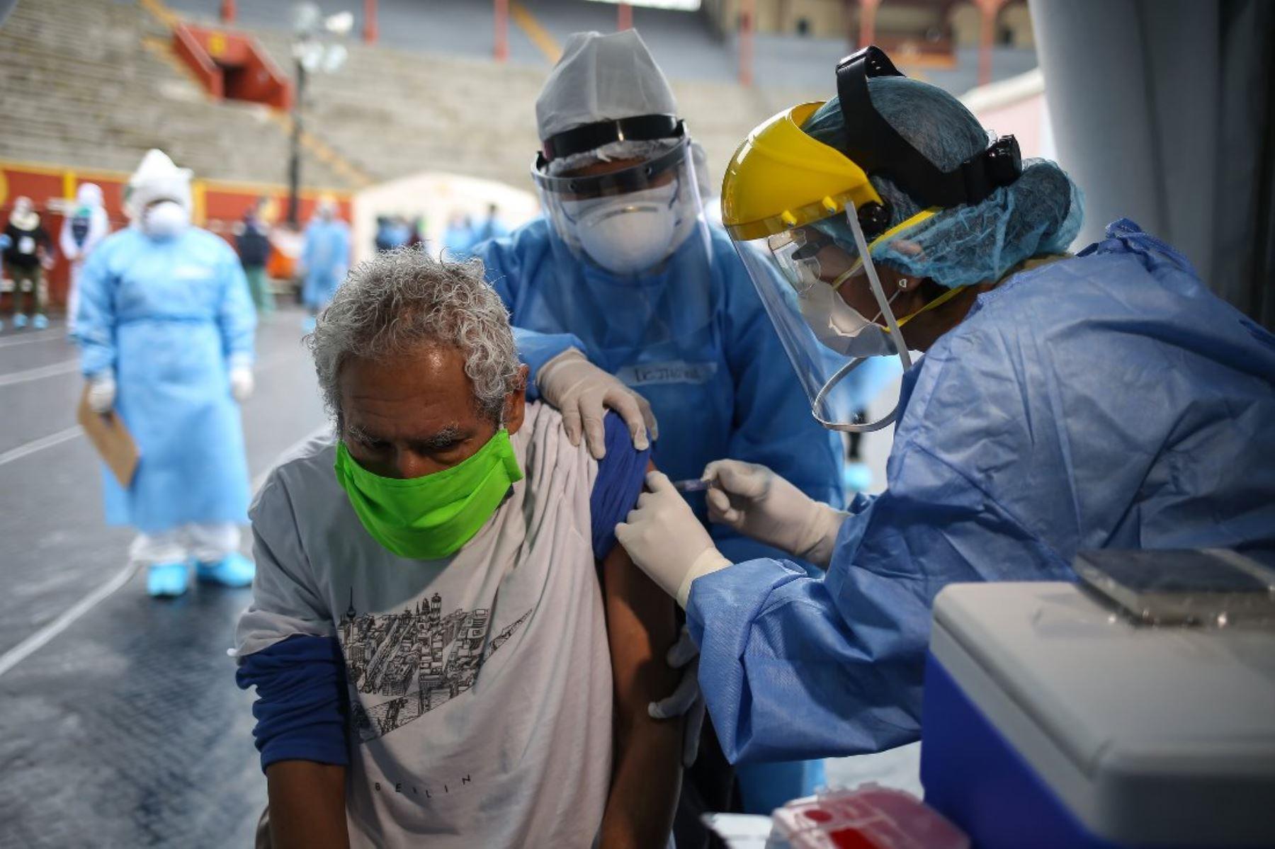 Vacunan contra influenza y toman pruebas rápidas a albergados de Casa de Todos. Foto: ANDINA/Difusión.