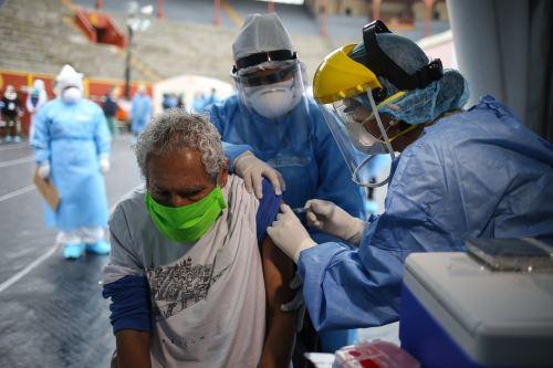 Covid-19: vacunan contra influenza y toman pruebas rápidas a albergados de Casa de Todos