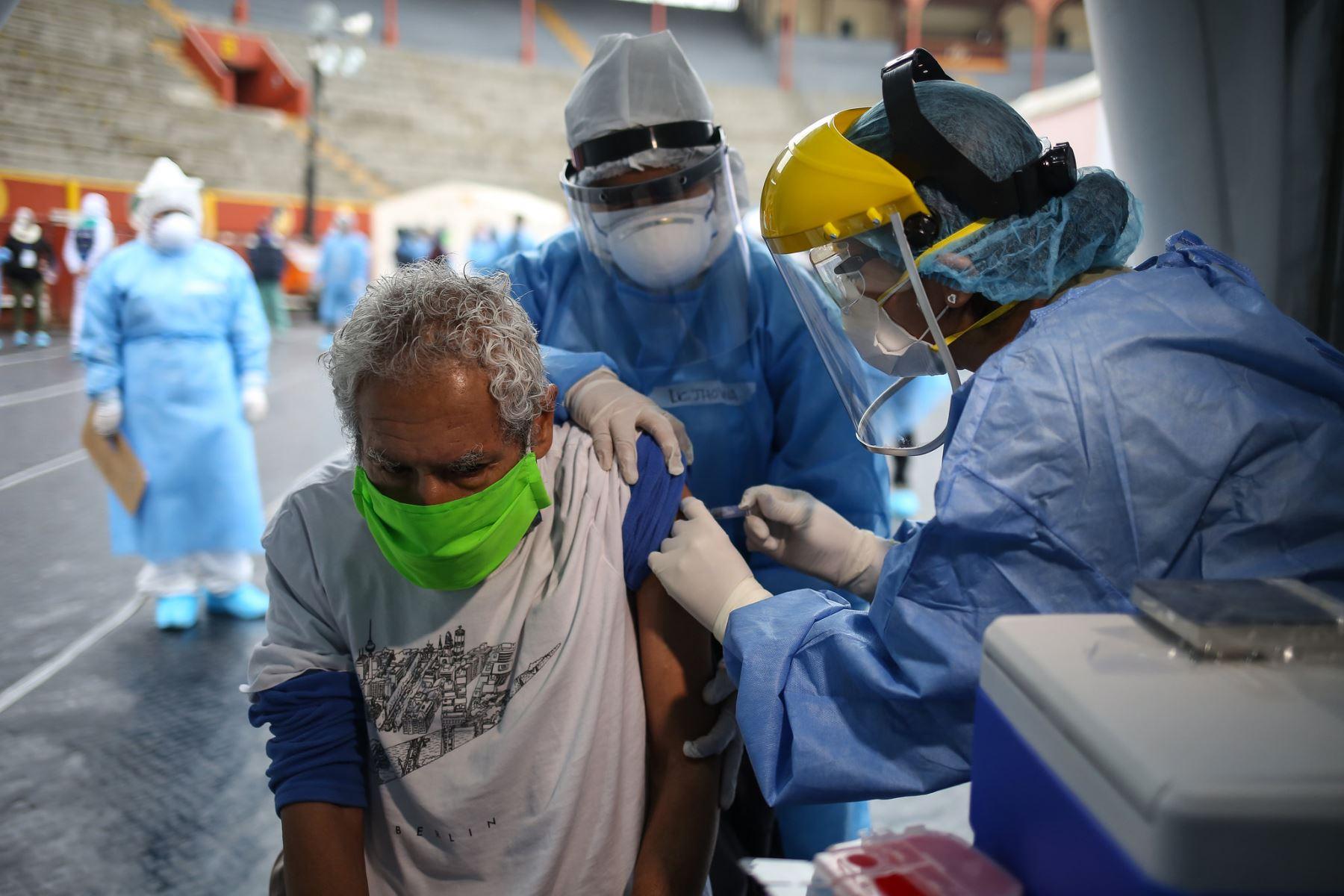 Alcalde Jorge Muñoz supervisa vacunación de albergados de La Casa de Todos.   Foto: ANDINA/Municipalidad de Lima