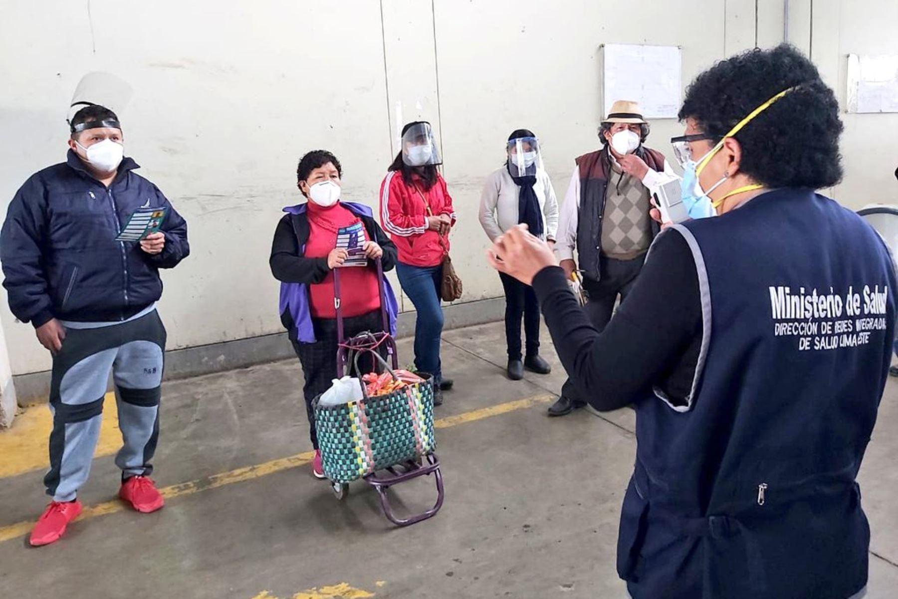 Minsa visita mercado en Santa Anita para informar sobre las principales medidas de prevención ante el covid-19. Foto: @Minsa_Peru