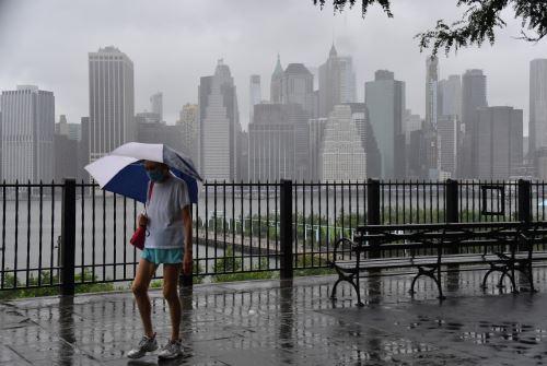 Ráfagas de hasta 70 millas por hora (más de 110 kilómetros hora) y fuertes precipitaciones golpearon a la Gran Manzana durante la parte central del día. Foto: AFP