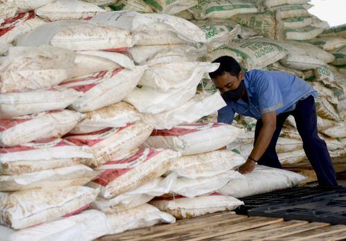 Esta fotografía de archivo fue tomada el 22 de septiembre del 2016, en ella se ve a un trabajador que levanta un saco de nitrato de amonio confiscado en la oficina de aduanas del aeropuerto de Ngurah Rai, en Indonesia. Los agentes de seguridad aduanera incautaron más de 28 toneladas de un barco procedente de Malasia. Seis miembros de la tripulación fueron arrestados y acusados de violar las leyes de aduanas. Foto: AFP