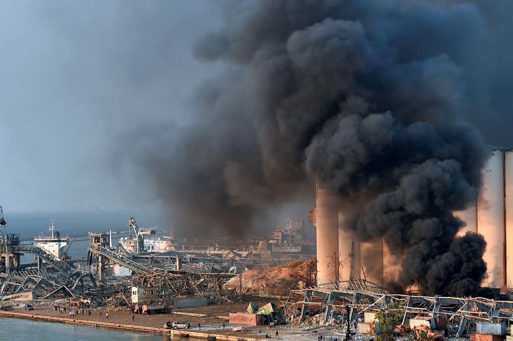 Una gran nube de humo inunda el cielo de Líbano tras la explosión en un almacén de la zona del puerto de Beirut. Foto: Efe.